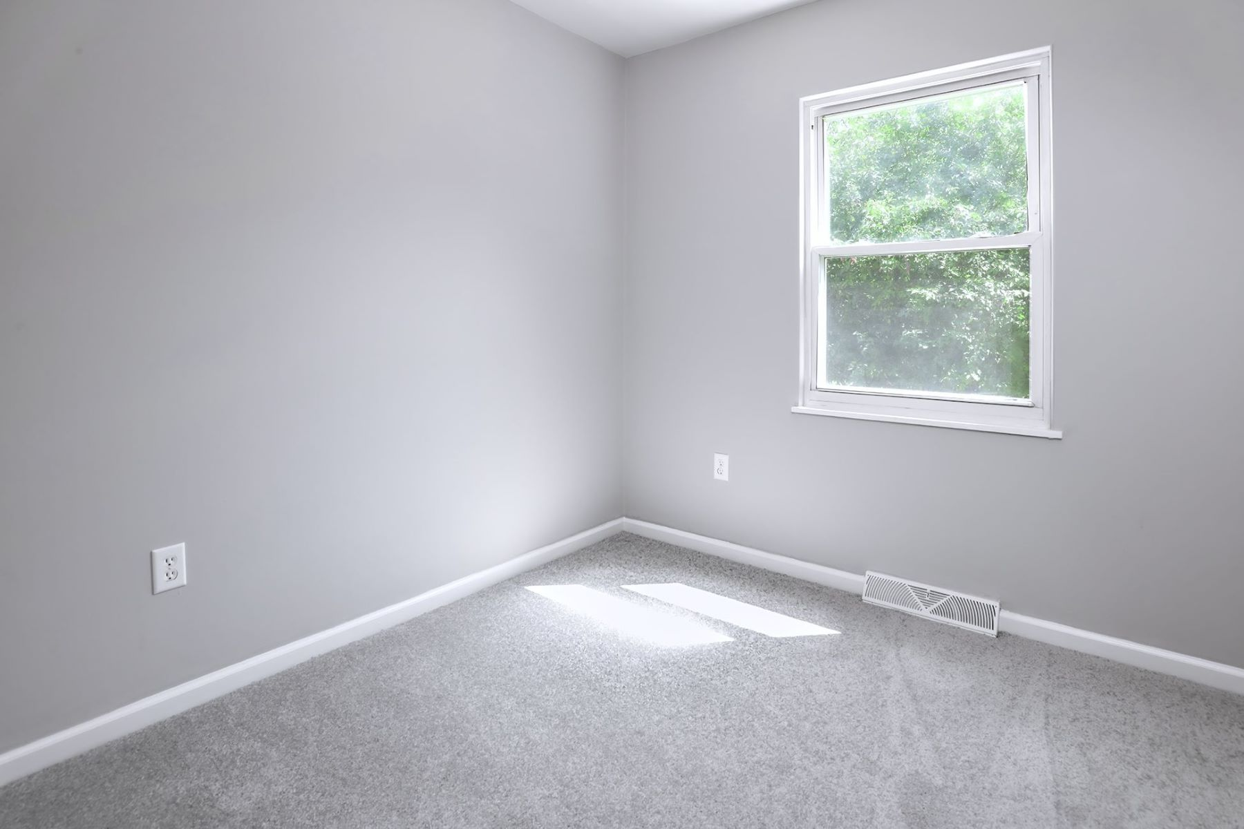 Additional photo for property listing at Just the Right Size to Move In and Enjoy 125 Glenn Avenue, Lawrence Township, New Jersey 08648 United States