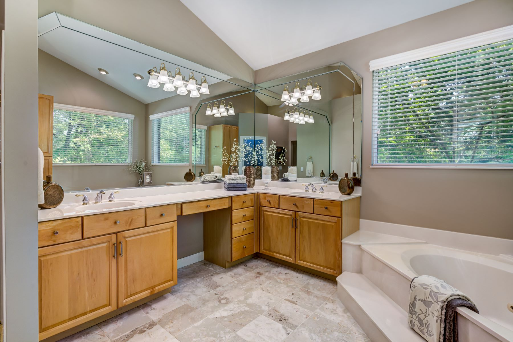 Additional photo for property listing at Stylish Ballwin Home With Privacy 756 Old Kiefer Creek Road Ballwin, Missouri 63021 United States
