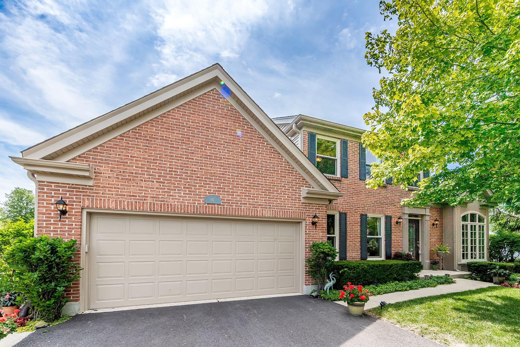 Single Family Homes para Venda às Completely Updated Home 61 Copperwood Drive, Buffalo Grove, Illinois 60089 Estados Unidos