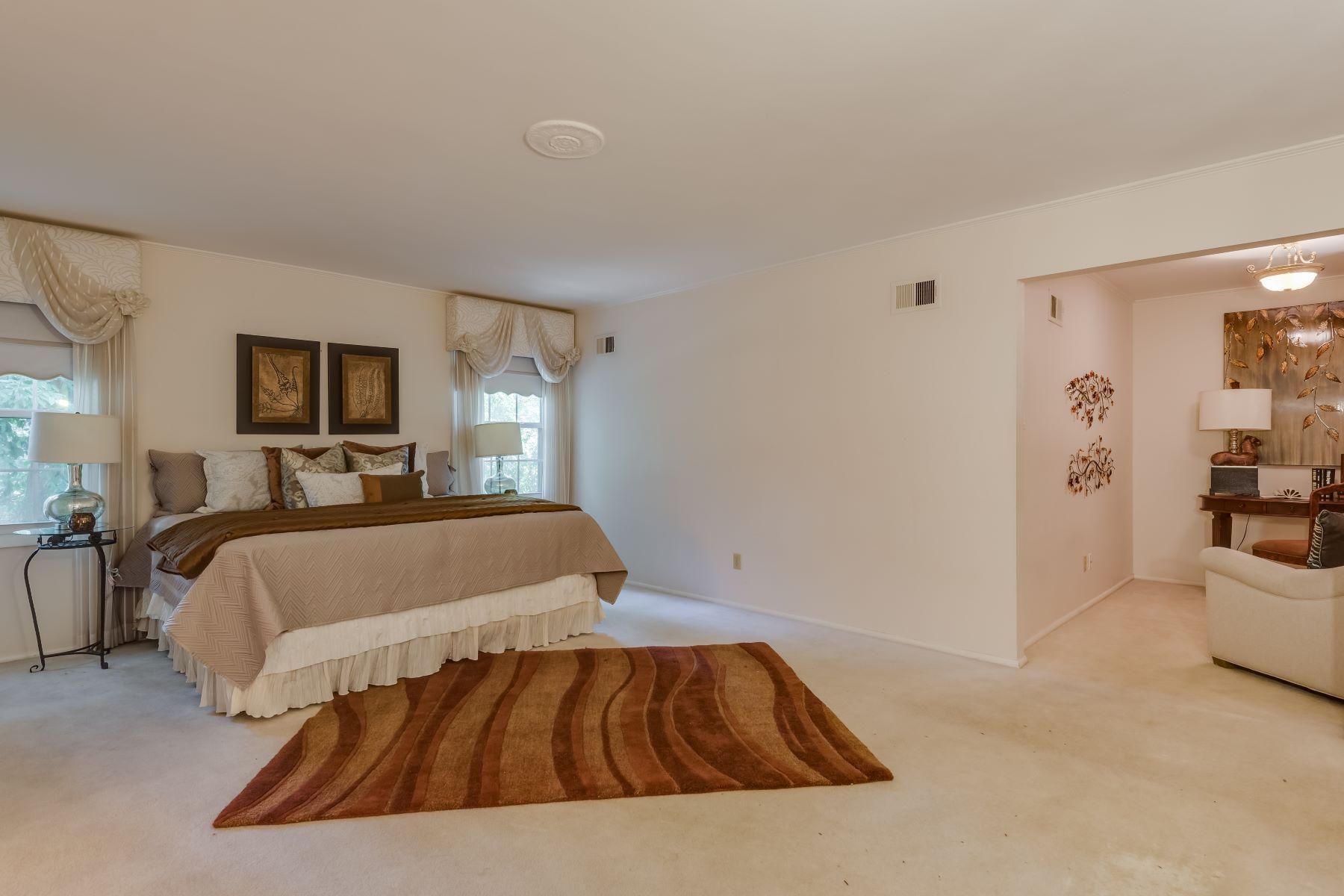 Additional photo for property listing at Ladue Home on Dogwood Lane 6 Dogwood Lane Ladue, Missouri 63124 United States