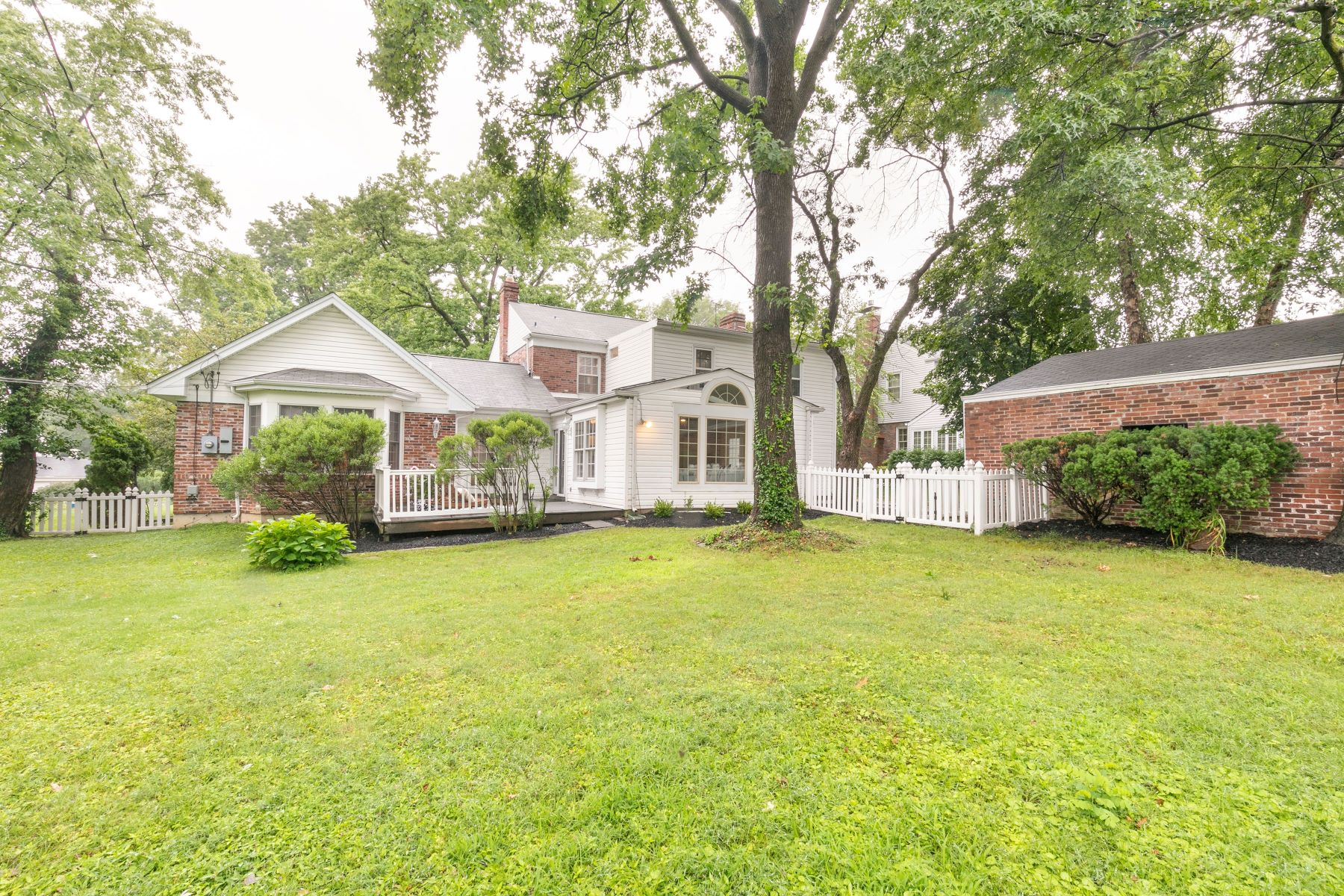 Additional photo for property listing at Chevy Chase pastoral setting & modern elegance converge 54 Highgate Road Olivette, Missouri 63132 United States