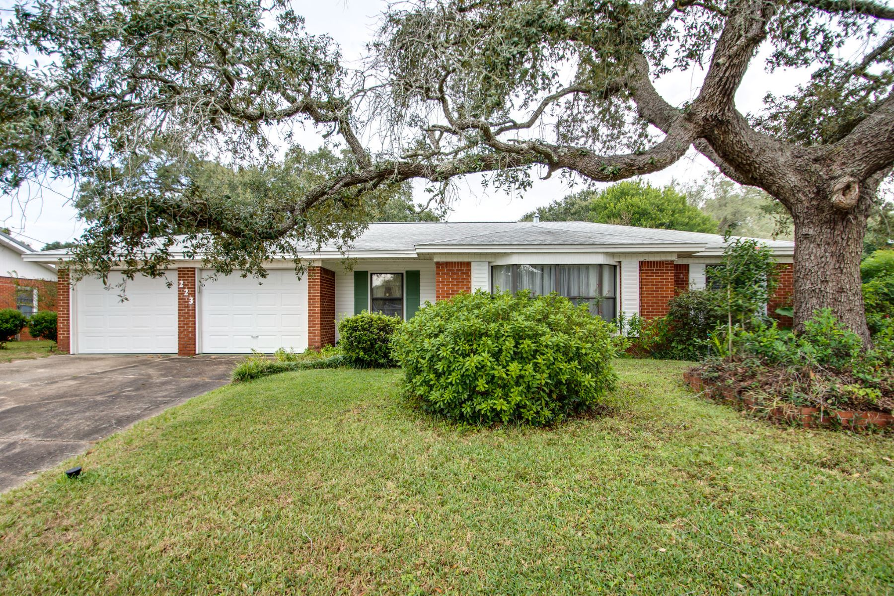 Single Family Homes for Sale at Updated 1960s Ranch Presents Opportunity to Build Equity 223 Holmes Boulevard Northwest Fort Walton Beach, Florida 32548 United States