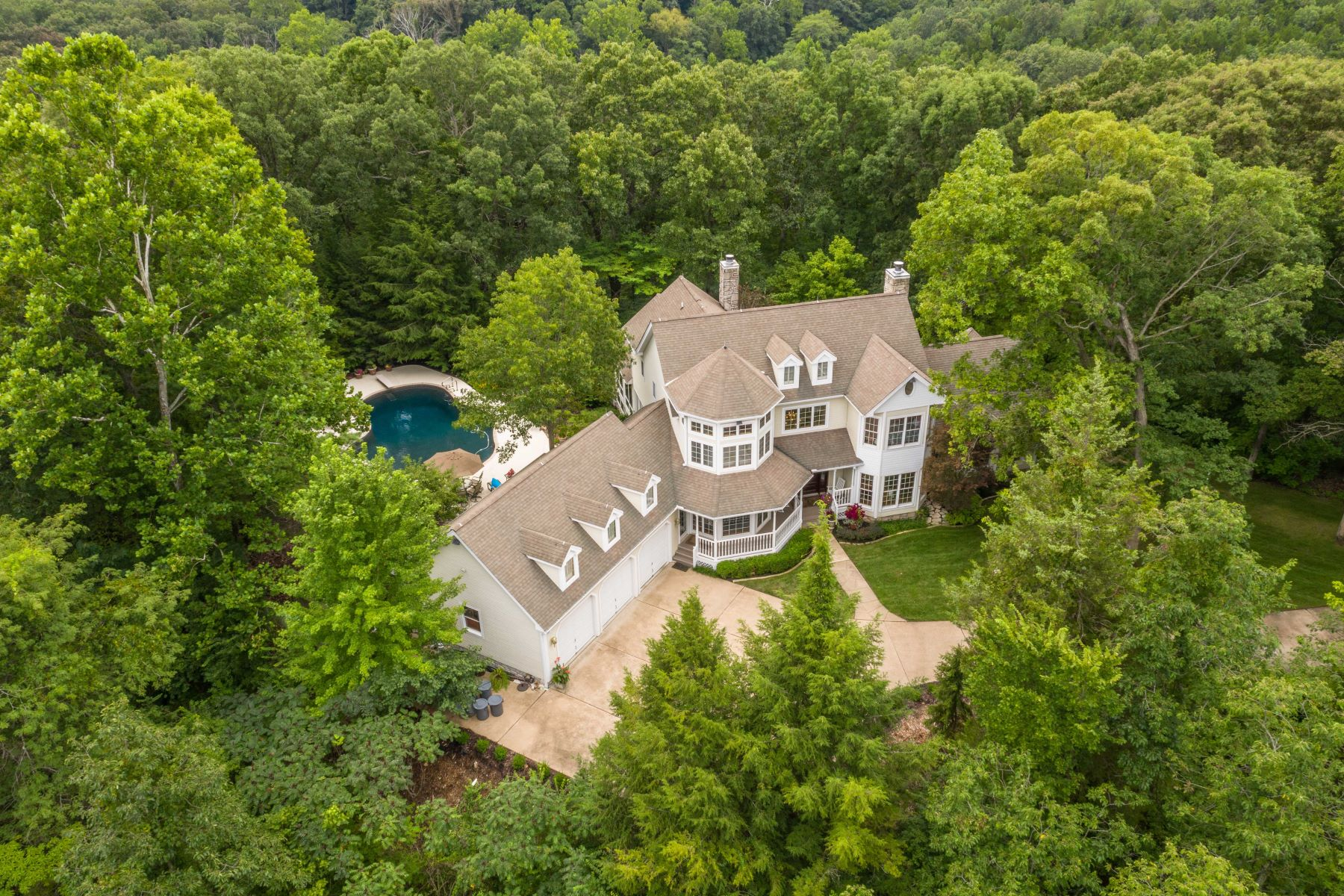 Single Family Homes 为 销售 在 Exquisite Country Estate Nestled on Over 16 Lush Acres in Wildwood 2525 Ossenfort Road 格兰克, 密苏里州 63038 美国