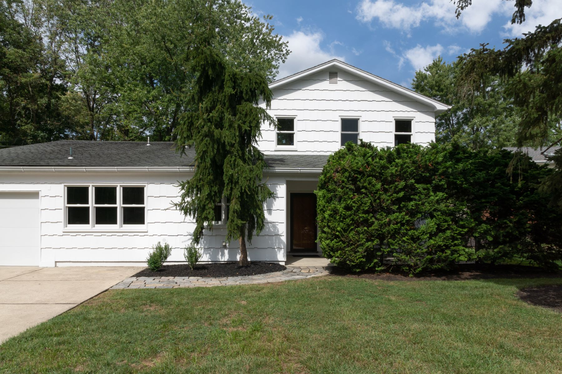 Crisp White Cul-de-sac Home Right On Colonial Lake 73 Hopatcong Drive, Lawrence Township, New Jersey 08648 États-Unis