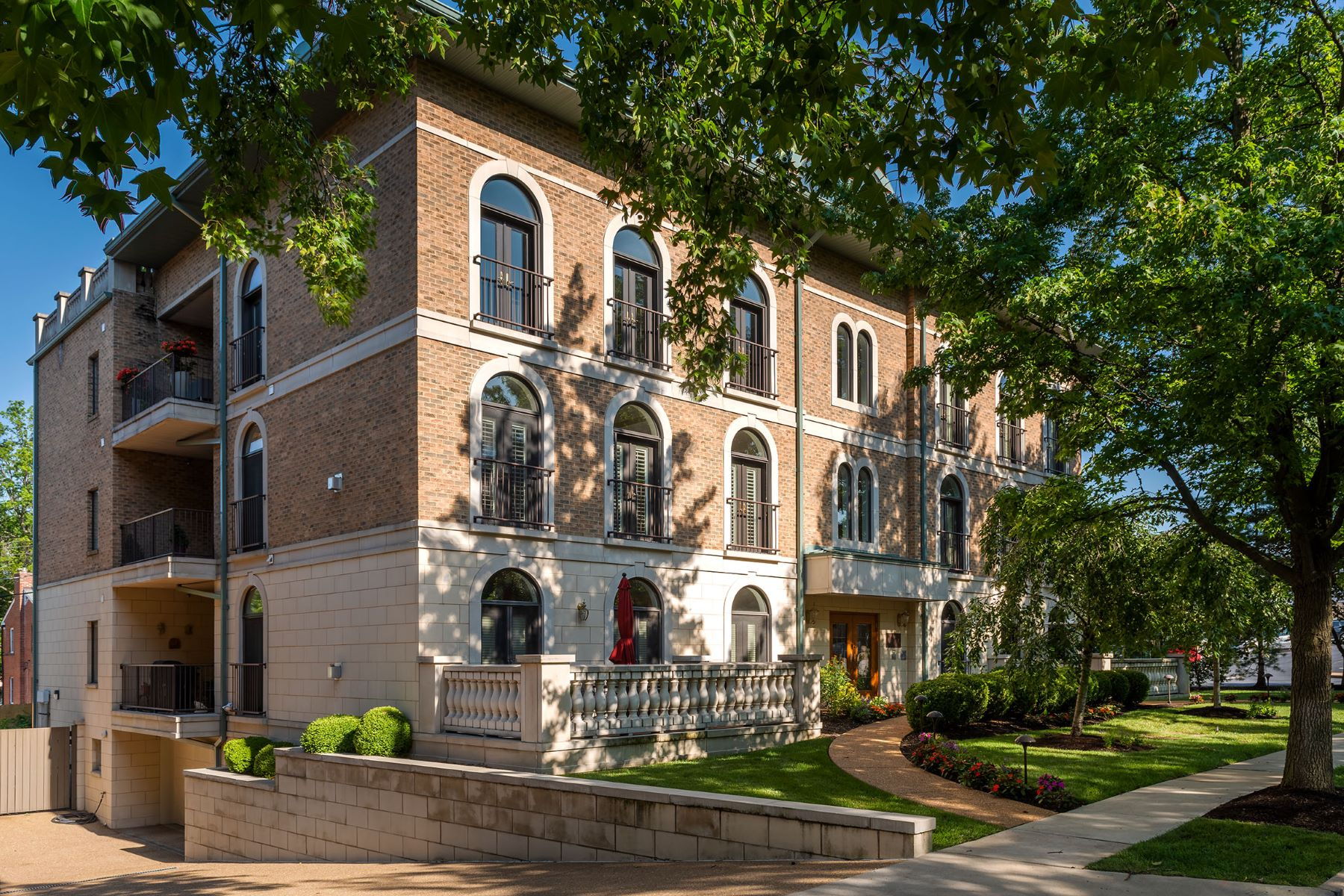 Condominiums for Sale at Expansive Clayton Condo 60 Brighton Way #2S Clayton, Missouri 63105 United States