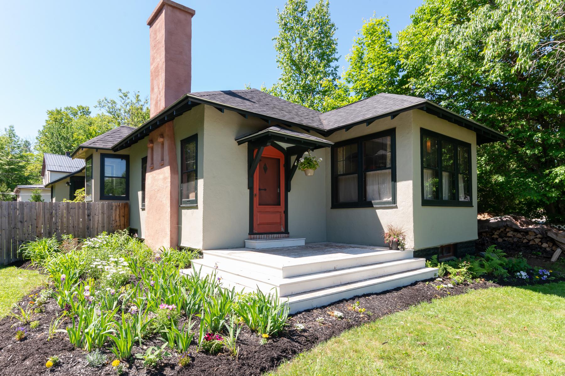 Single Family Homes 為 出售 在 Artist's Cottage 49 Edward Street, Saranac Lake, 纽约 12983 美國