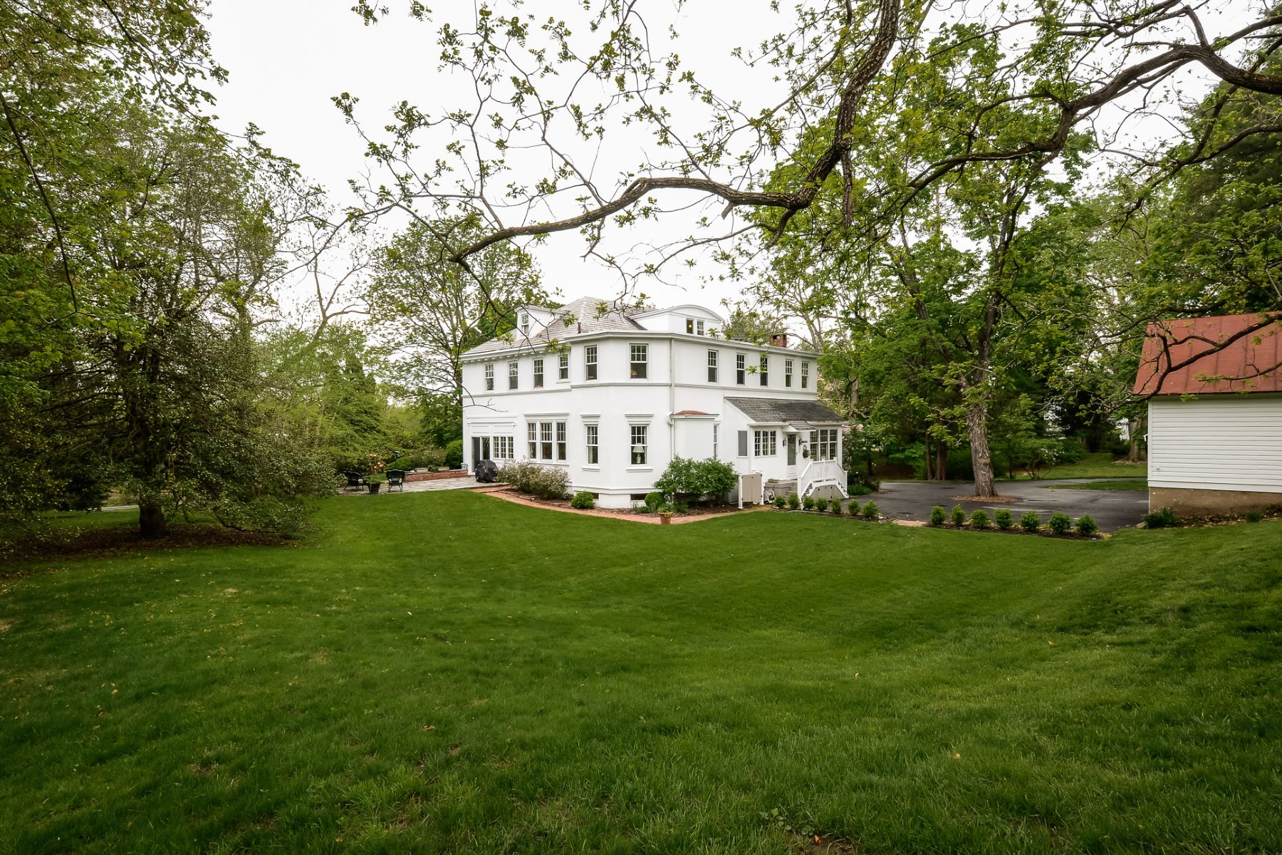 Additional photo for property listing at Spacious, Traditional Treasure 1070 River Road, Ewing, New Jersey 08628 United States