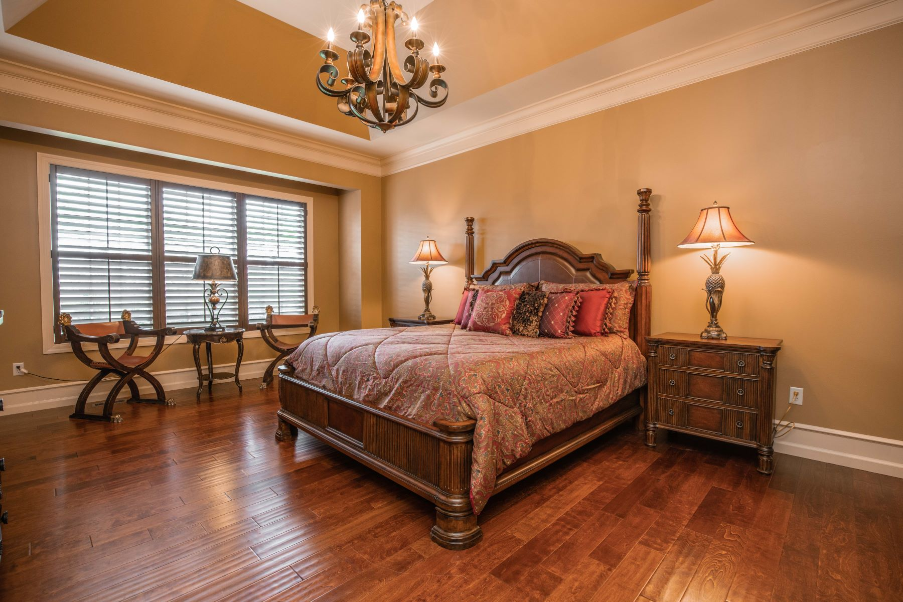 Additional photo for property listing at Gorgeous & Custom Home on Rolling Acre in Town & Country 12930 South Topping Estates Town And Country, Missouri 63131 United States
