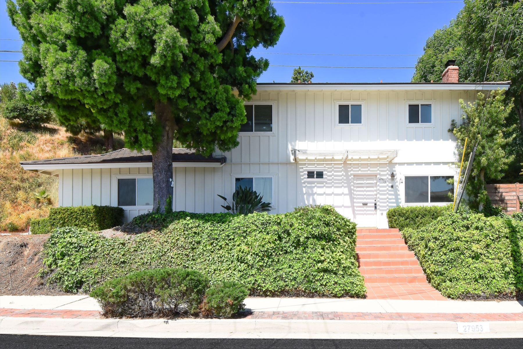 Single Family Homes for Active at 27953 Alaflora Drive, Rancho Palos Verdes, CA 90275 27953 Alaflora Drive Rancho Palos Verdes, California 90275 United States