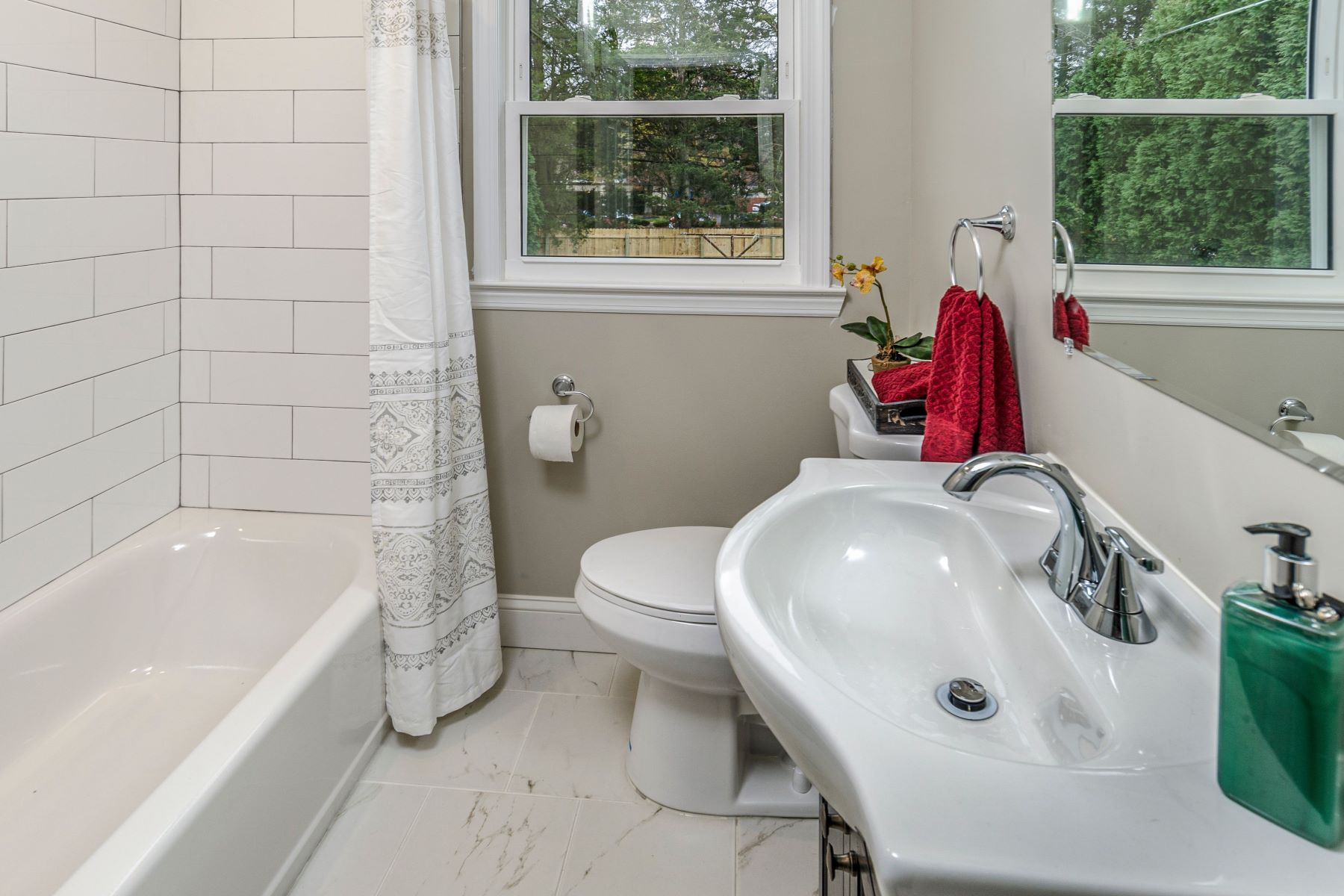 Additional photo for property listing at Re-envisioned Cape Cod with Modern Day Conveniences 104 South Burtis Avenue, Hamilton, New Jersey 08690 États-Unis
