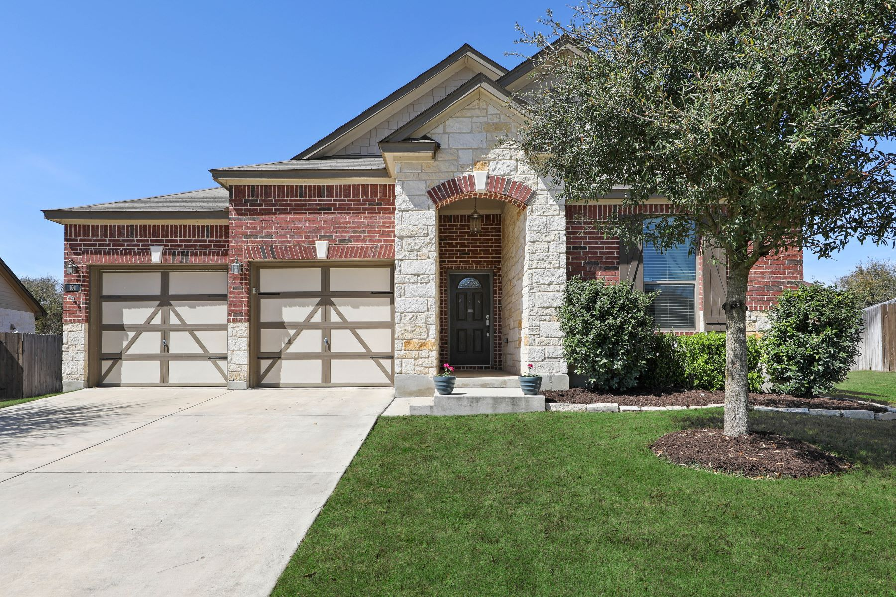 Single Family Home for Sale at Charming Home on Over-Sized Lot 101 Waterfall Court Boerne, Texas 78006 United States