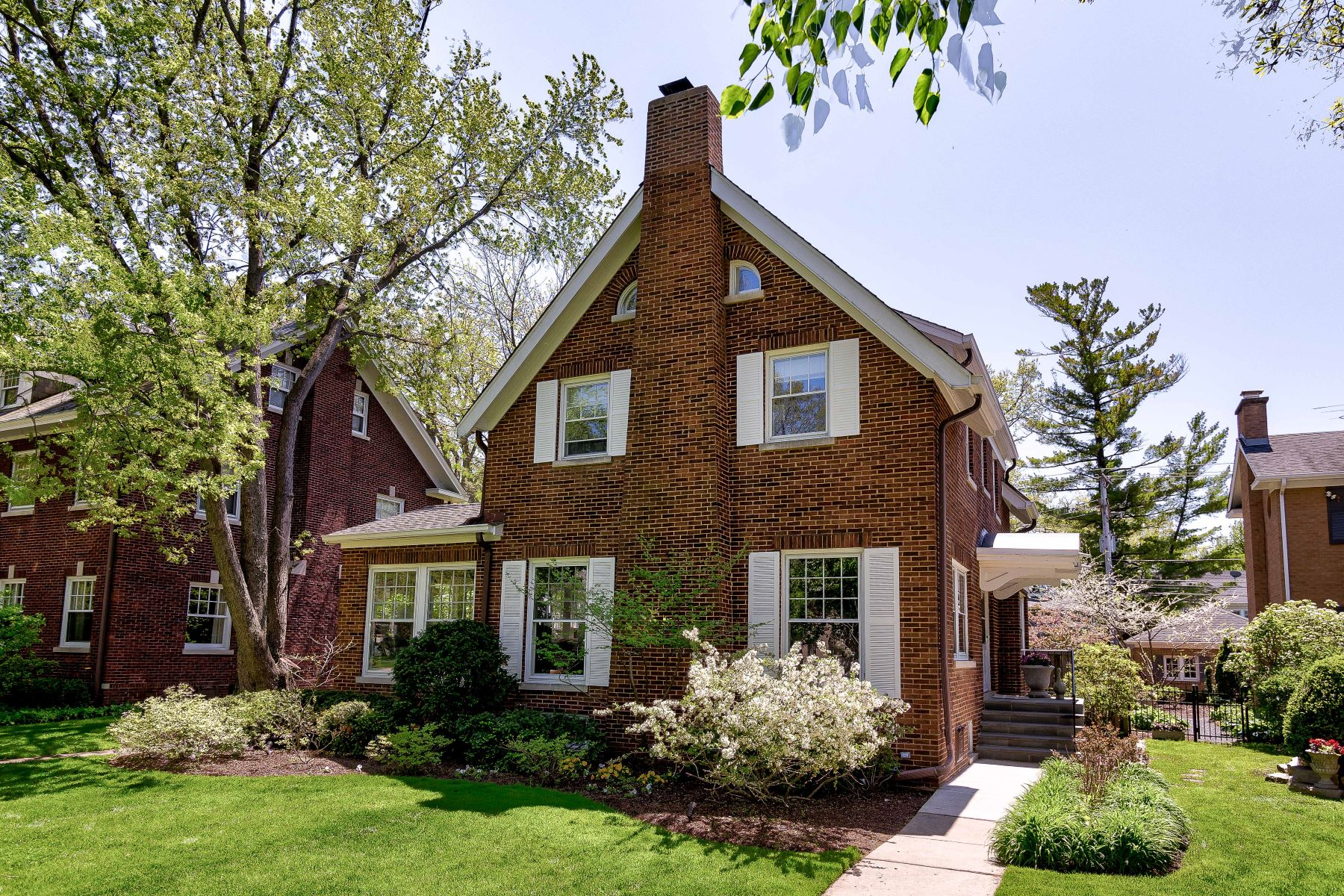Single Family Homes for Active at Classic Red Brick Colonial 1025 Chestnut Avenue Wilmette, Illinois 60091 United States