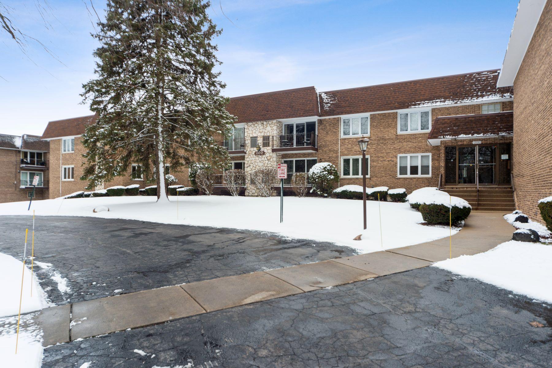 Condominiums por un Venta en Beautiful and rarely available condo 200 S Dee Road Unit 1F Park Ridge, Illinois 60068 Estados Unidos