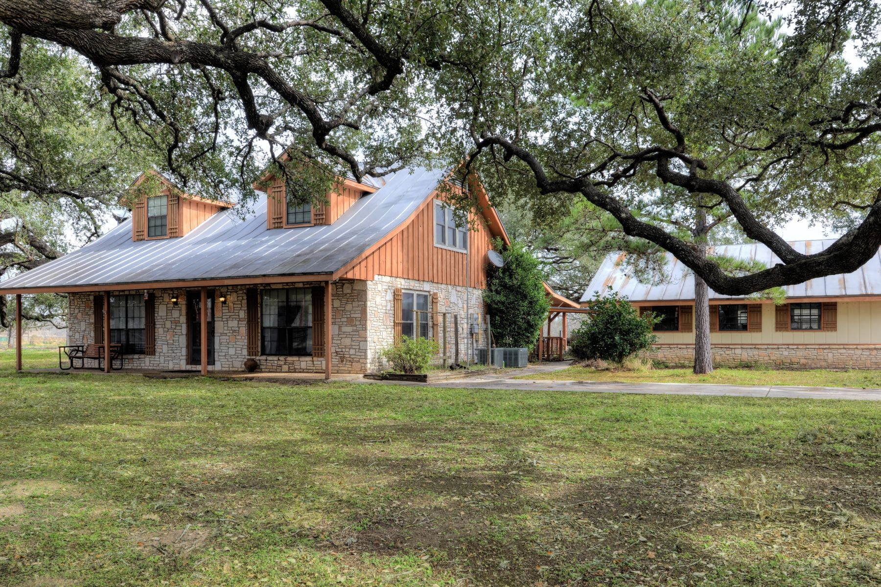 Single Family Homes for Active at Inviting Country Home 2452 2nd Street Pleasanton, Texas 78064 United States