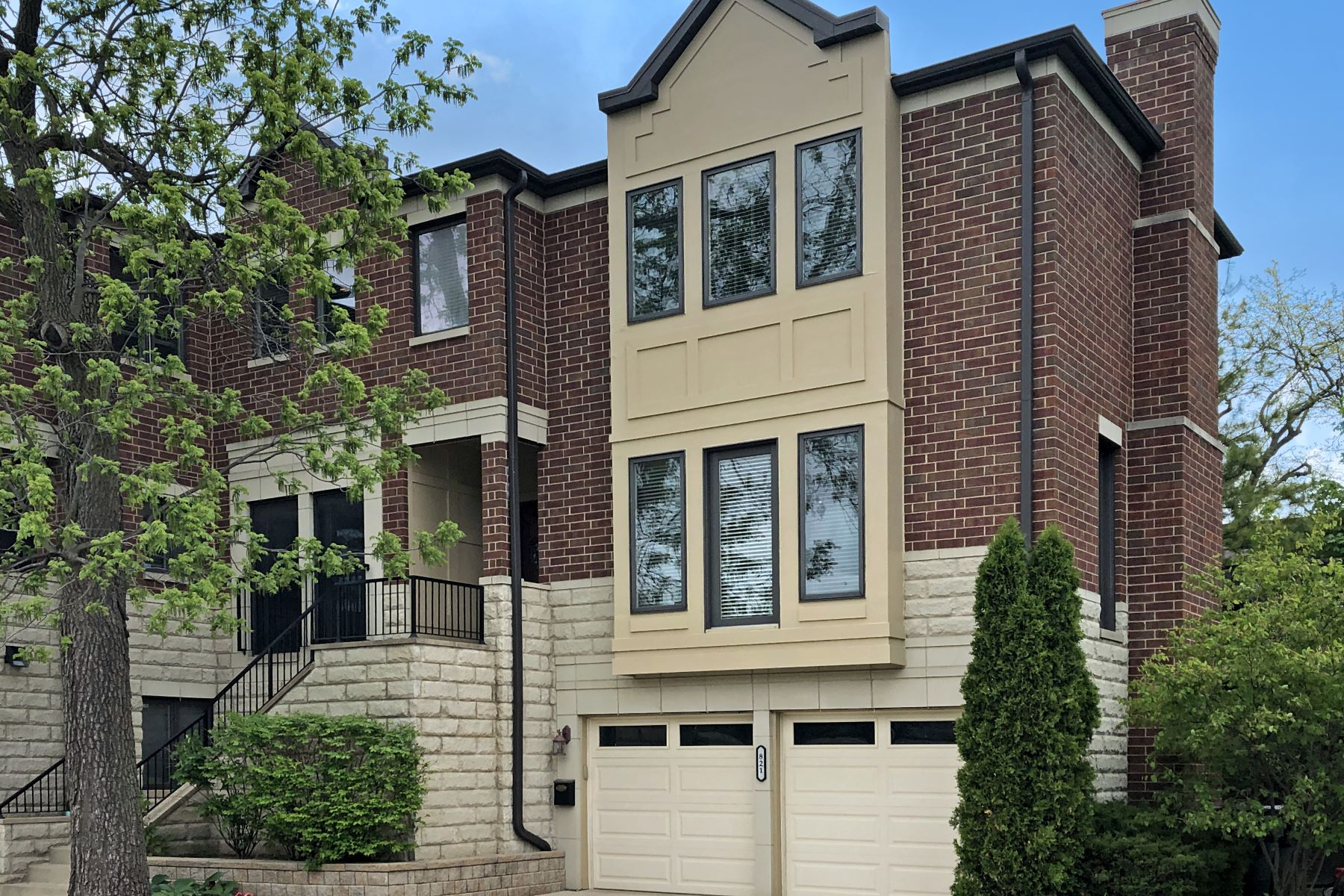 Single Family Homes for Active at Stunning & Unique 821 Railroad Avenue Glenview, Illinois 60025 United States