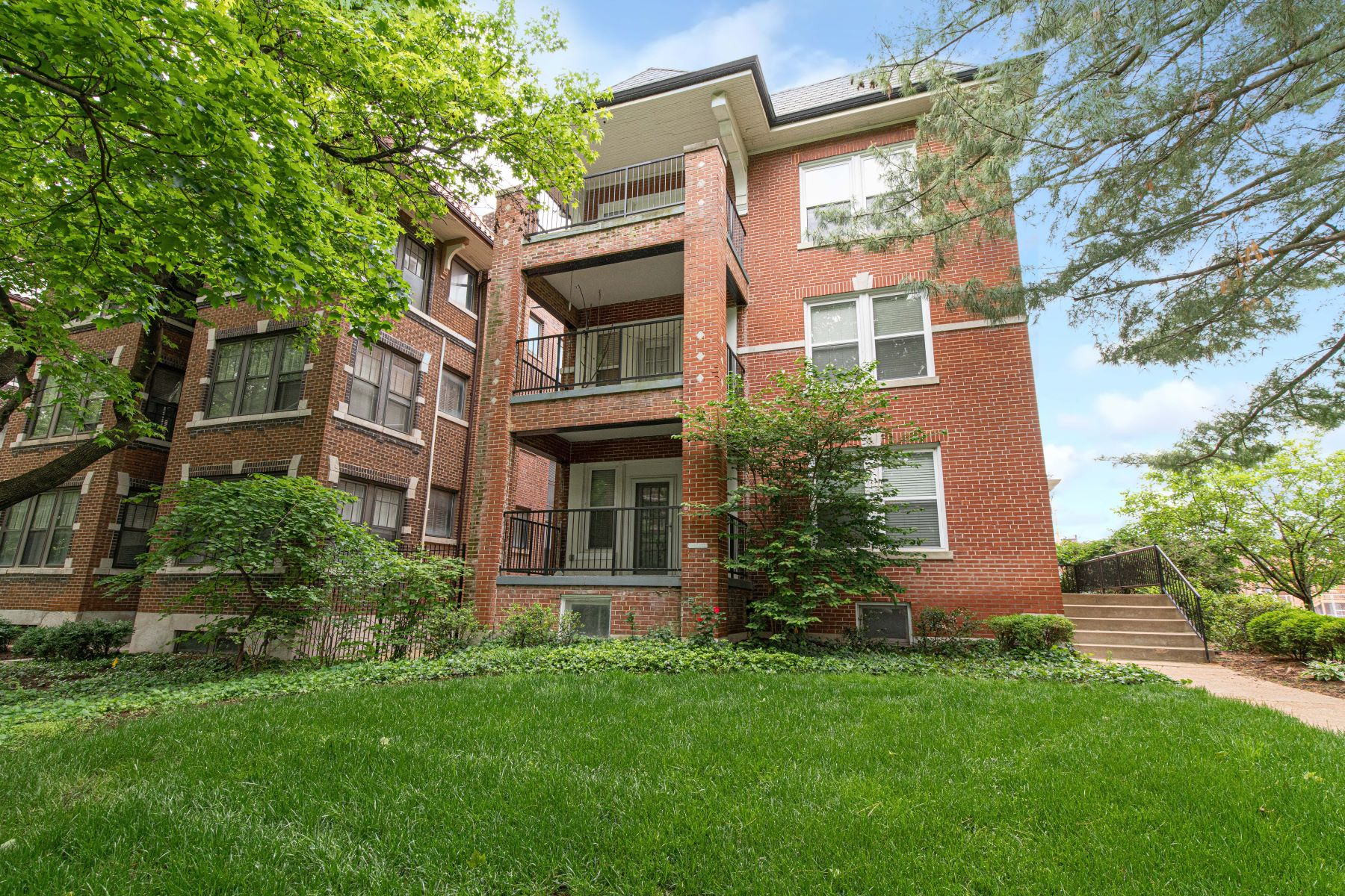 Condominiums for Sale at Charming Condo on Waterman Boulevard 5528 Waterman Boulevard, #22 St. Louis, Missouri 63112 United States