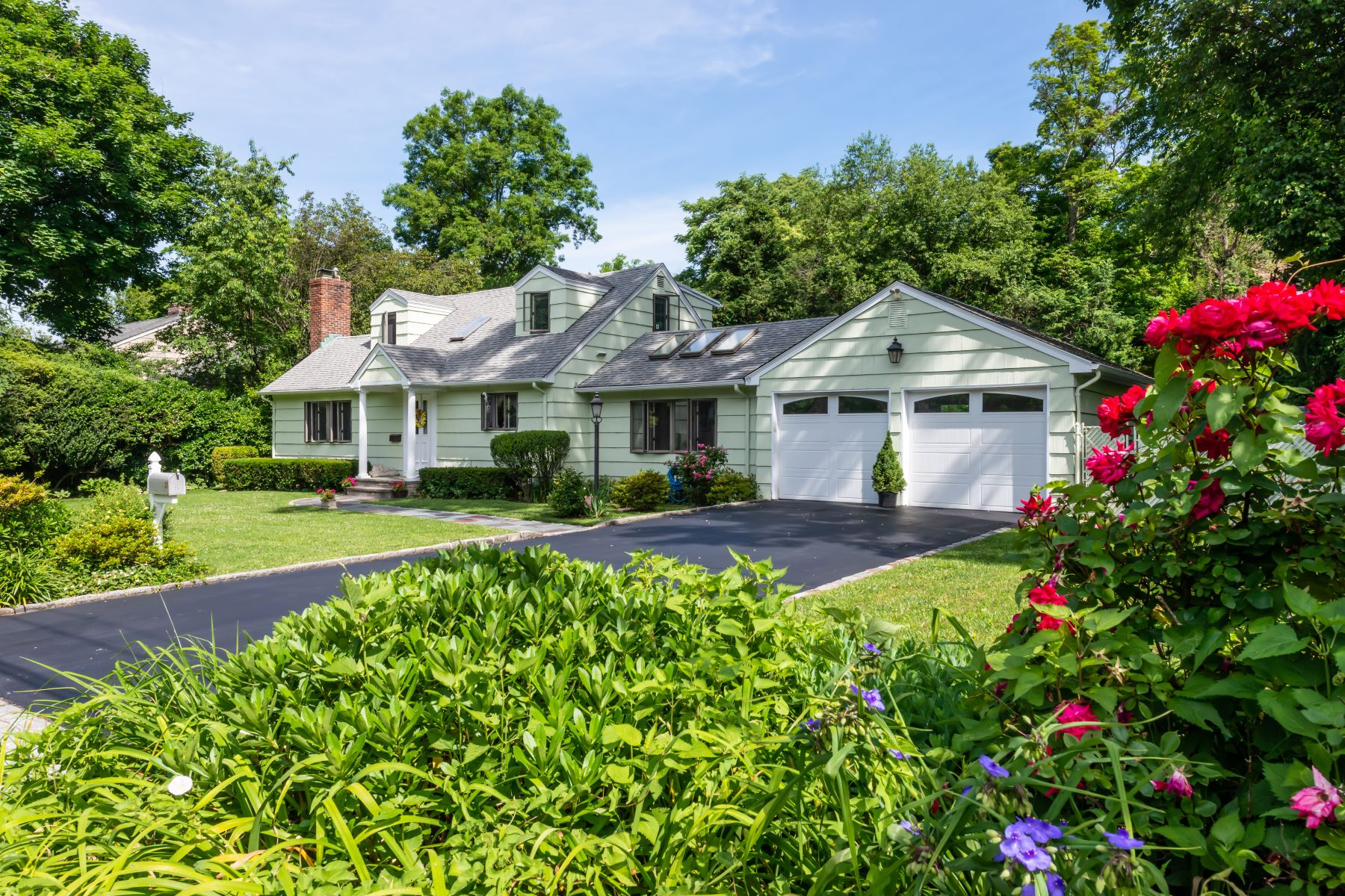 Single Family Homes for Active at 35 Richards Road, Port Washington, Ny, 11050 35 Richards Road Port Washington, New York 11050 United States