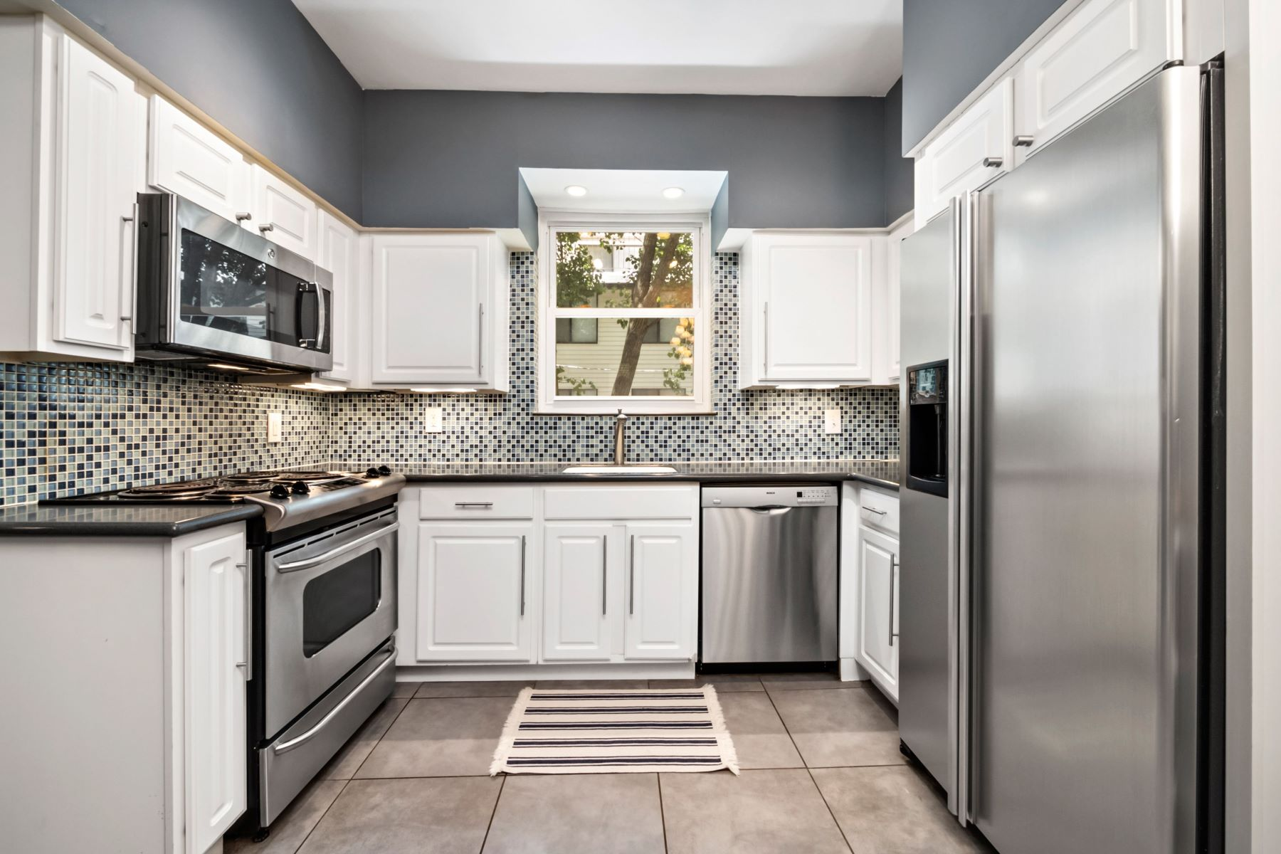 Additional photo for property listing at Spacious 2 bedroom Condo in the heart of it all! 5561 Waterman Boulevard #1W St. Louis, Missouri 63112 United States