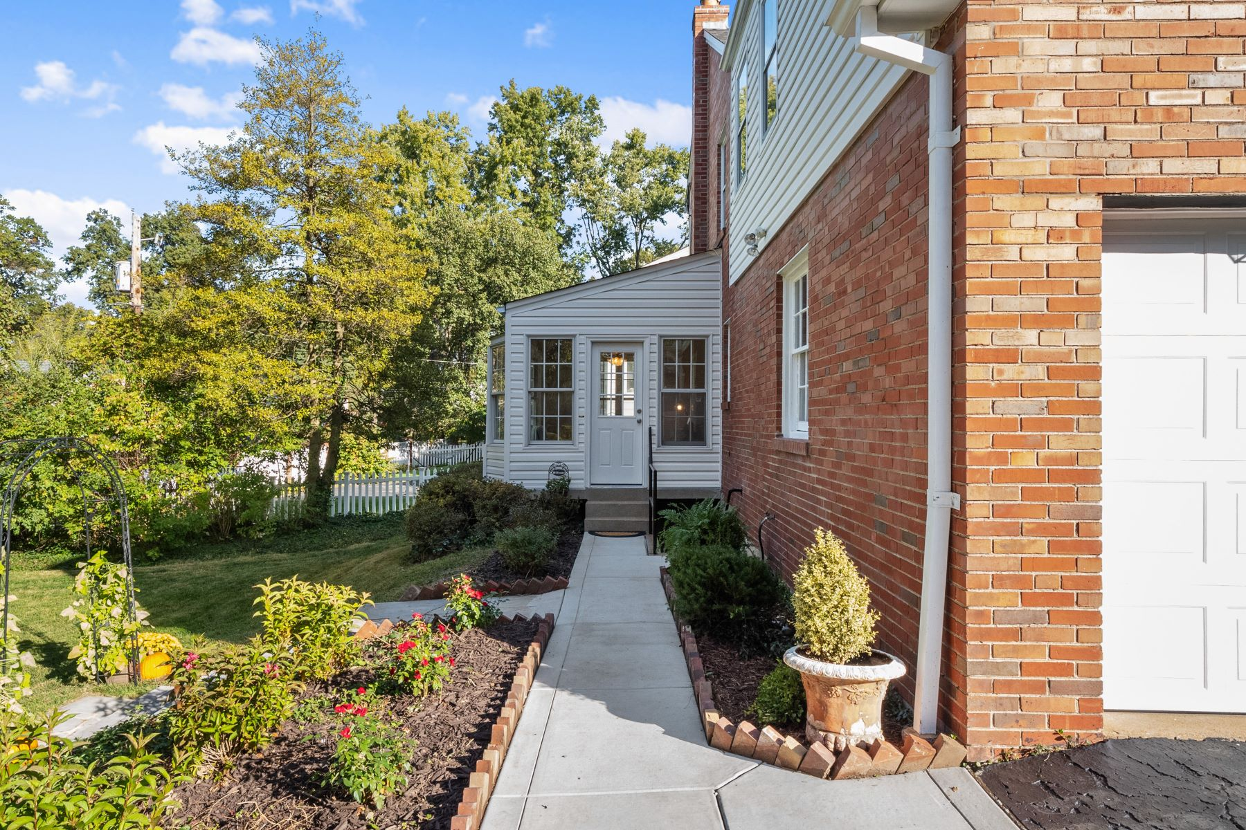 Additional photo for property listing at Charming Updated Two-Story Brick Home in Sought After Neighborhood! 40 Hill Drive Kirkwood, Missouri 63122 United States