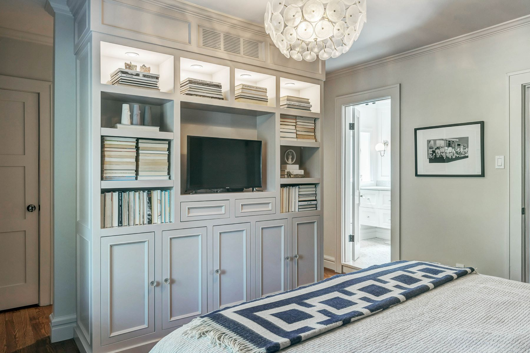 Additional photo for property listing at Stylish Home in Clayton 7622 Walinca Terrace Clayton, Missouri 63105 United States