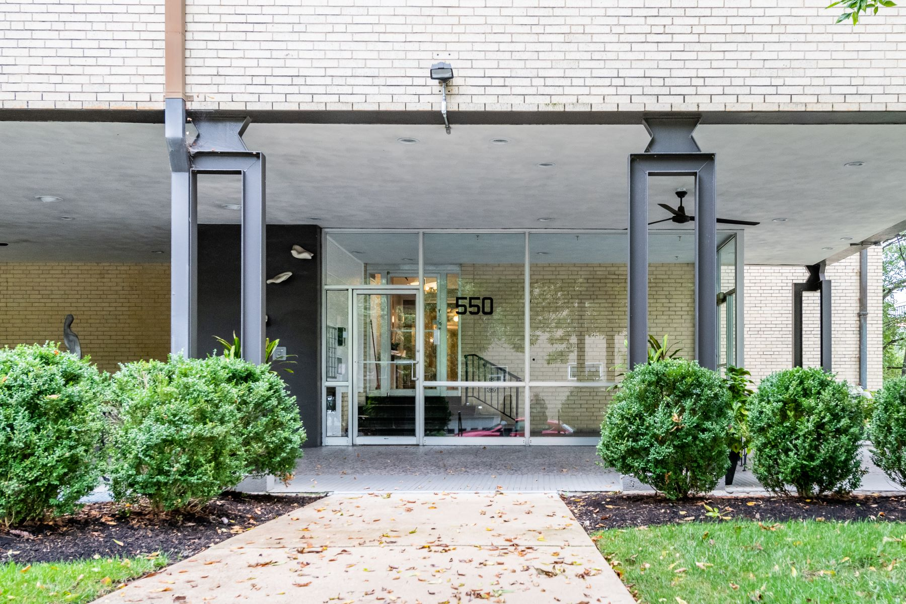 Additional photo for property listing at Convenient Clayton Condo 550 South Brentwood Boulevard #2E Clayton, Missouri 63105 United States