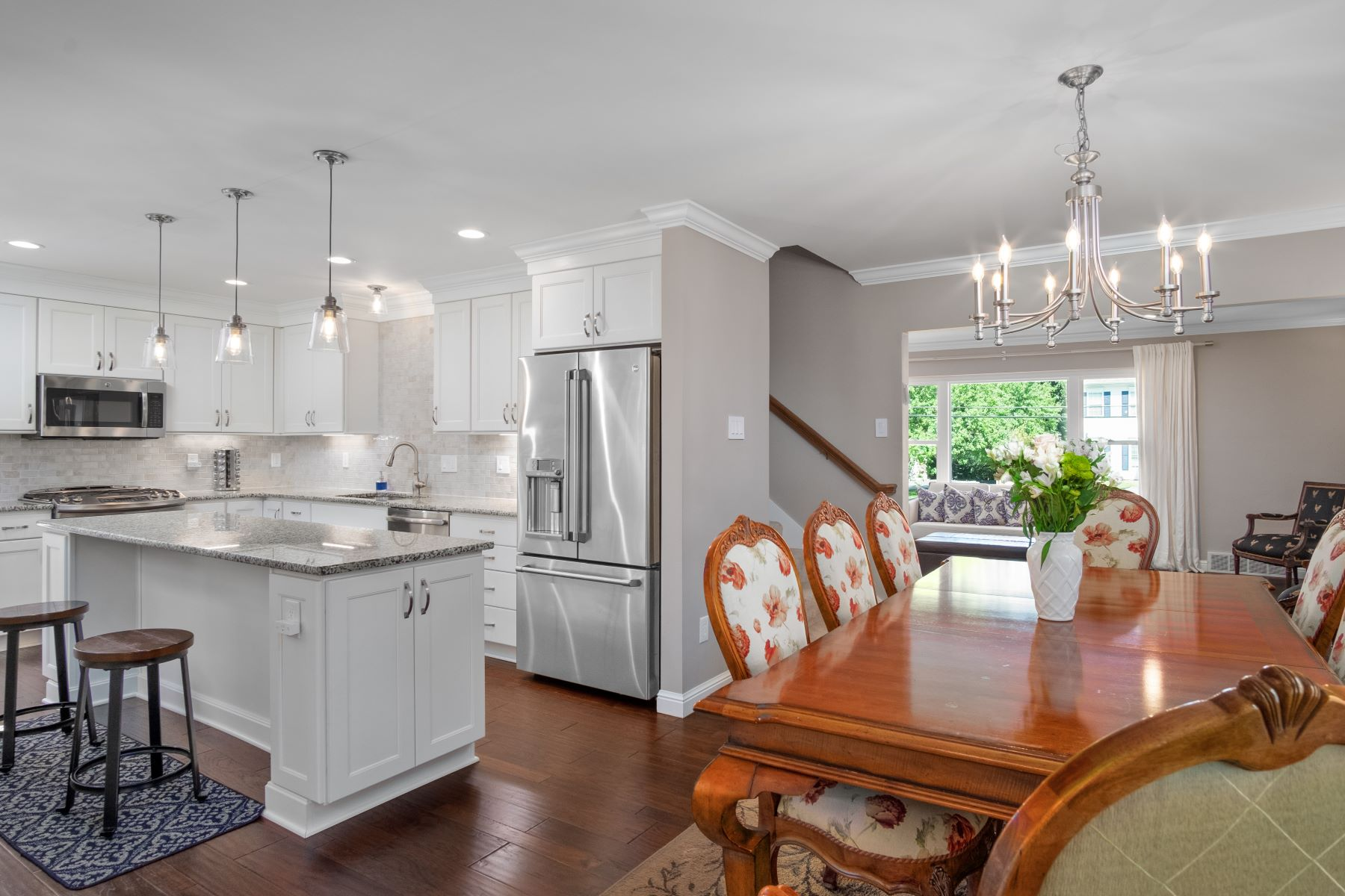 Additional photo for property listing at Charming Cape Cod With Modern Touch 9250 Old Bonhomme Road Olivette, Missouri 63132 United States