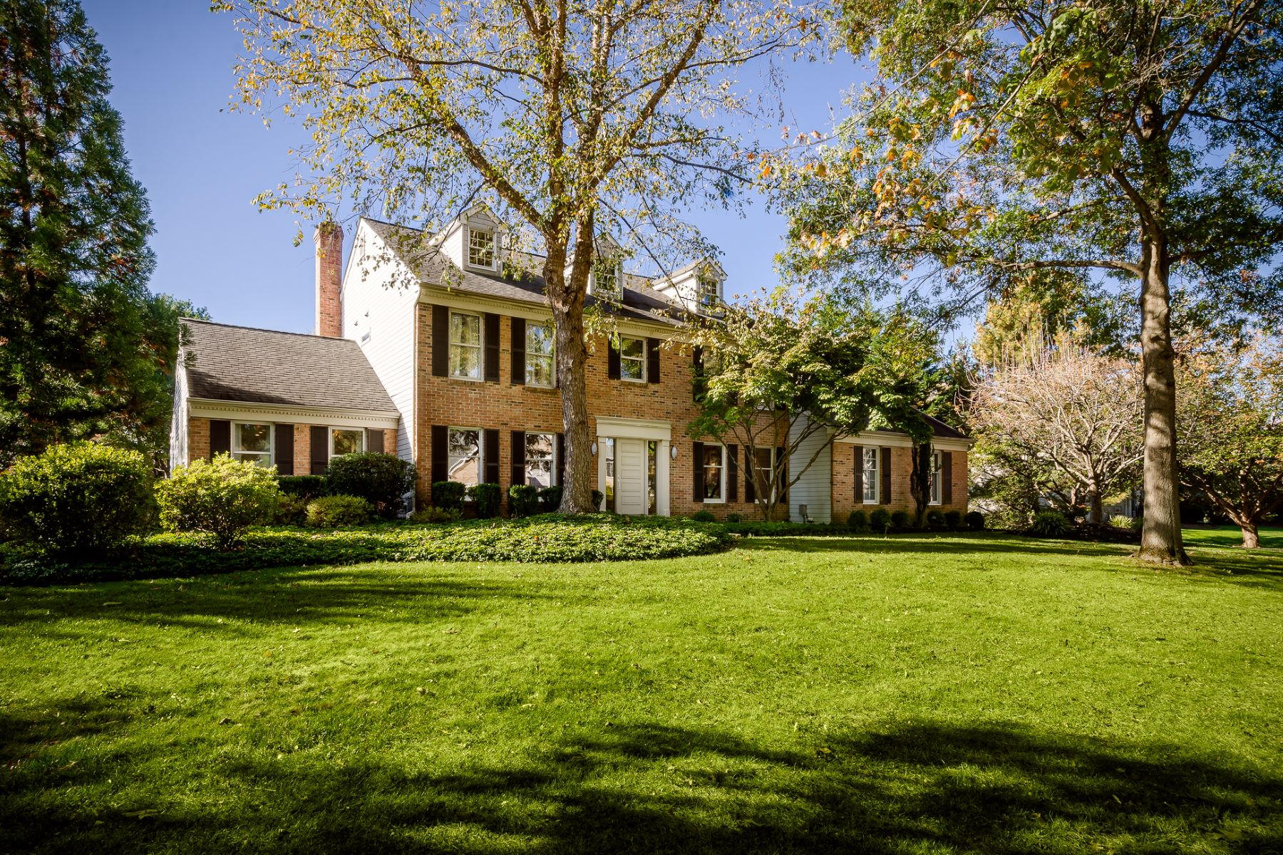 Single Family Homes für Verkauf beim Free Flowing Spaces in this Stately Colonial 3 Ardsley Court, West Windsor, New Jersey 08550 Vereinigte Staaten