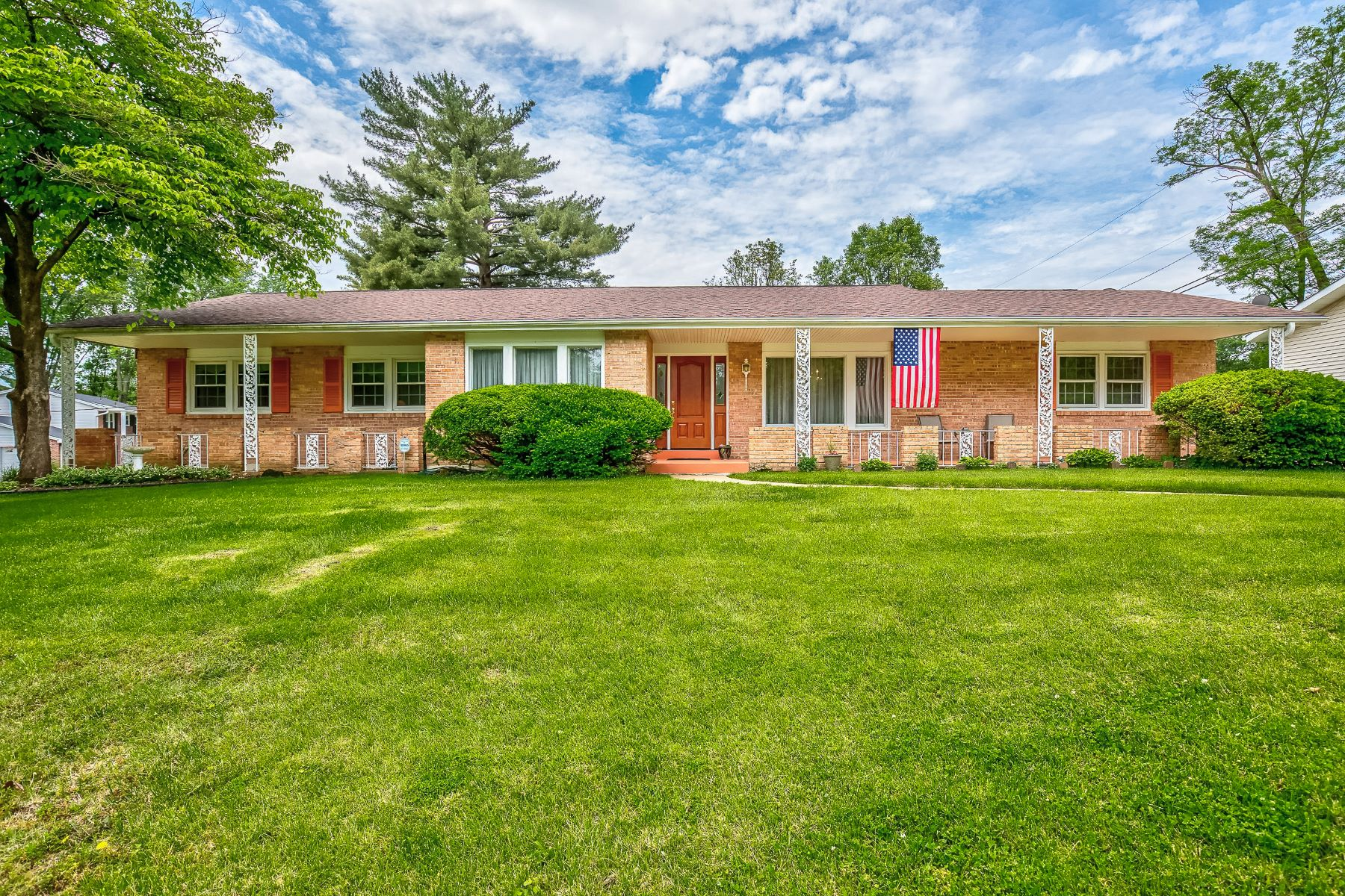 Single Family Homes for Sale at Spacious Ranch in Pristine Condition 30 Oakland Hills Drive Chesterfield, Missouri 63017 United States