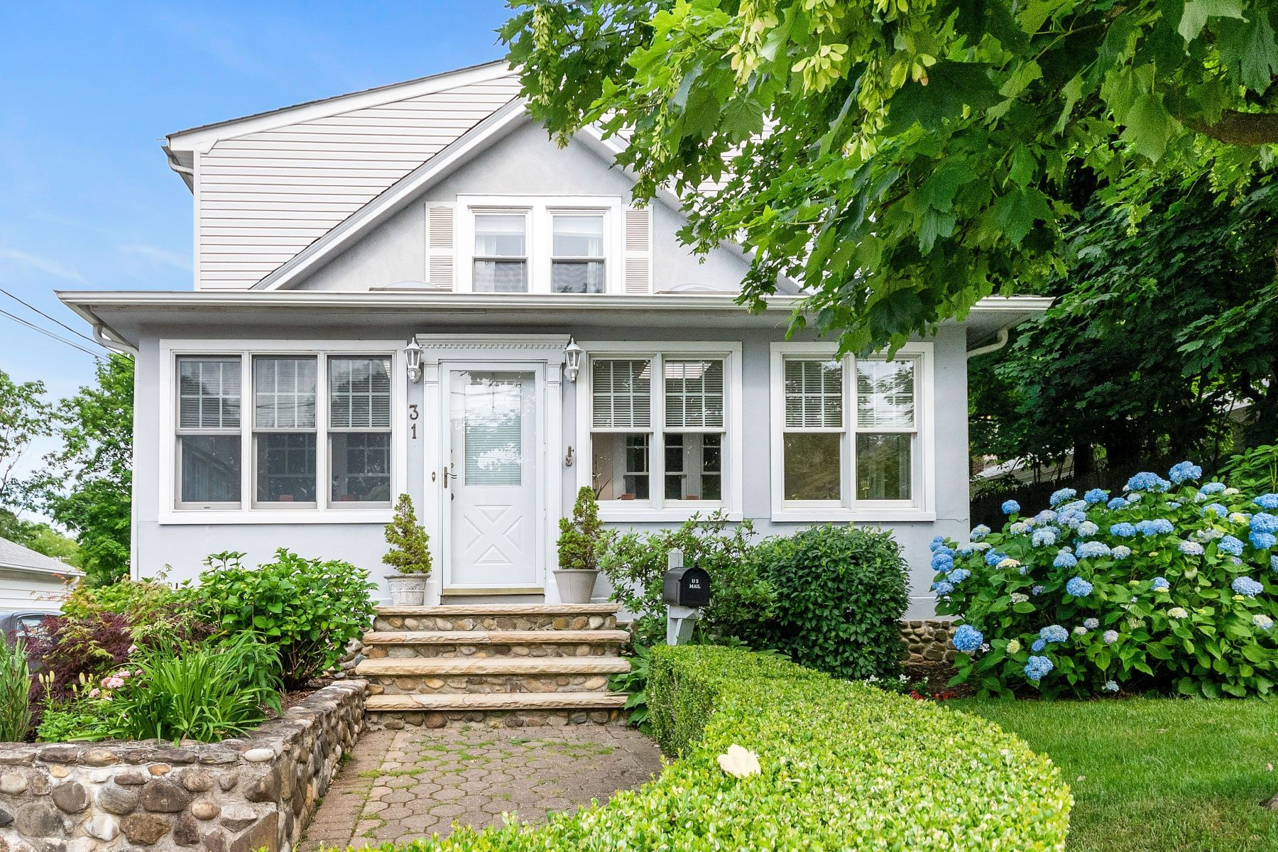 Single Family Homes 為 出售 在 31 Summers St., Oyster Bay, NY, 11771 31 Summers Street, Oyster Bay, 纽约 11771 美國