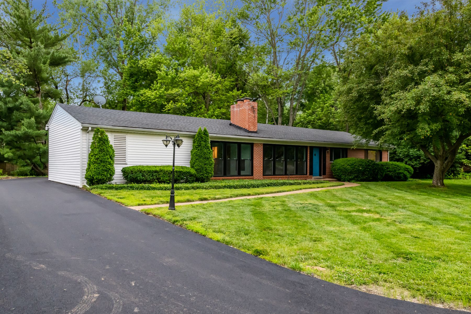 single family homes for Sale at Fully renovated mid-century ranch 425 Wenneker Drive Ladue, Missouri 63124 United States