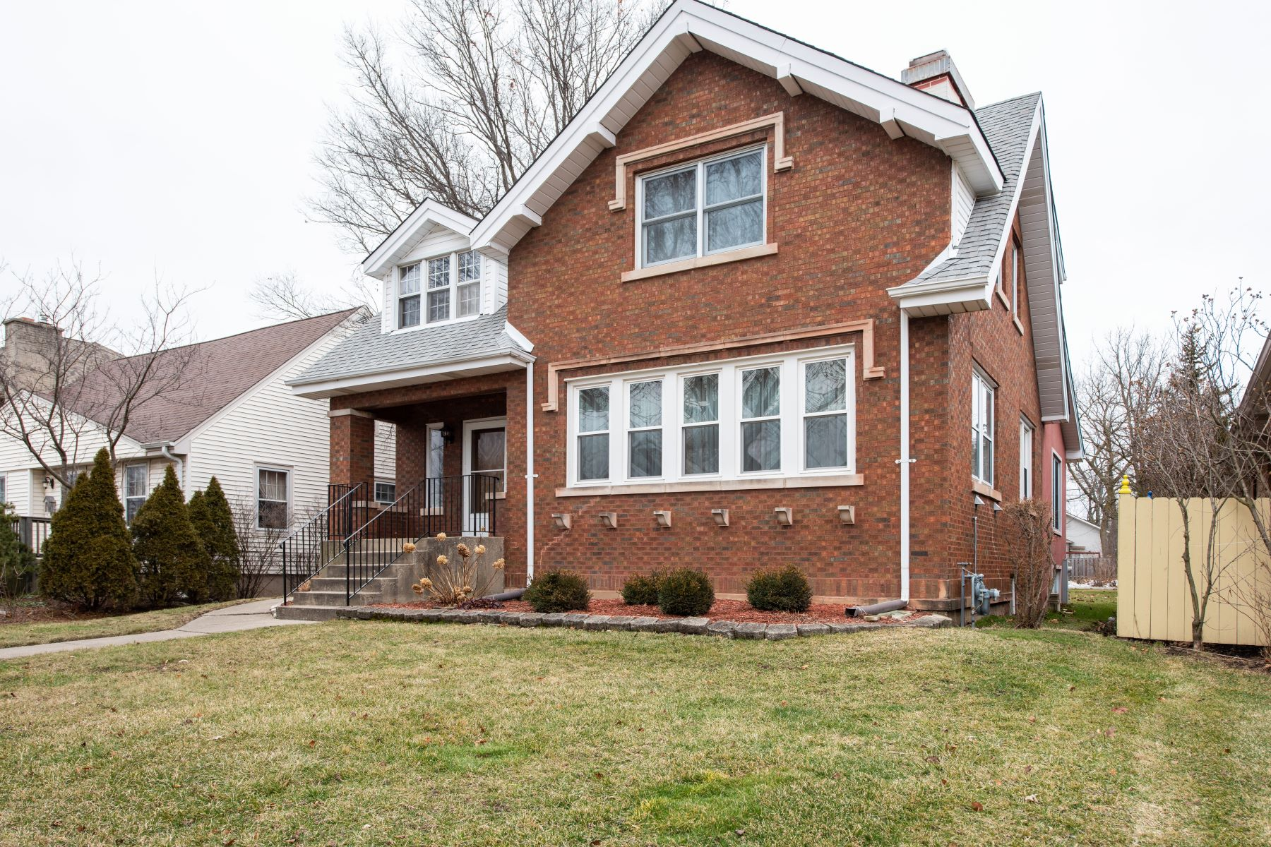 Single Family Homes for Active at Terrific Curb Appeal Home 1117 Courtland Avenue Park Ridge, Illinois 60068 United States