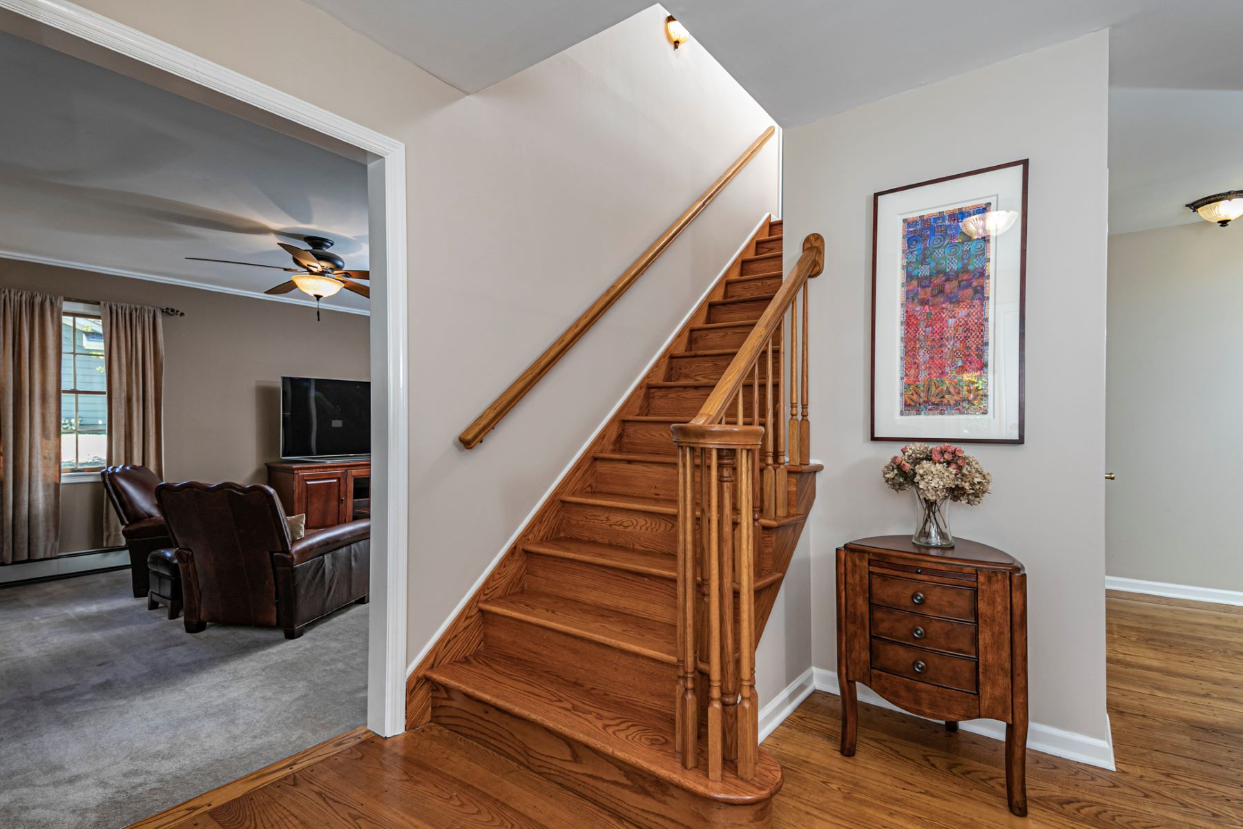 Additional photo for property listing at Pride of Ownership Shows In This Stylish Home 8 Tyburn Lane, Hopewell, New Jersey 08525 Verenigde Staten