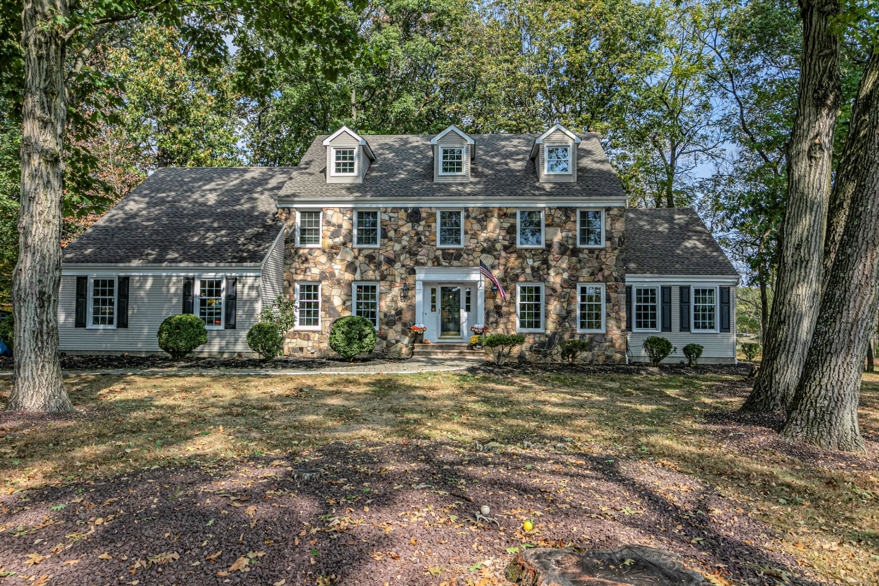 Single Family Homes por un Venta en Upgrades Galore In This Stone Front Colonial 2 Flintlock Road Flemington, Nueva Jersey 08822 Estados Unidos