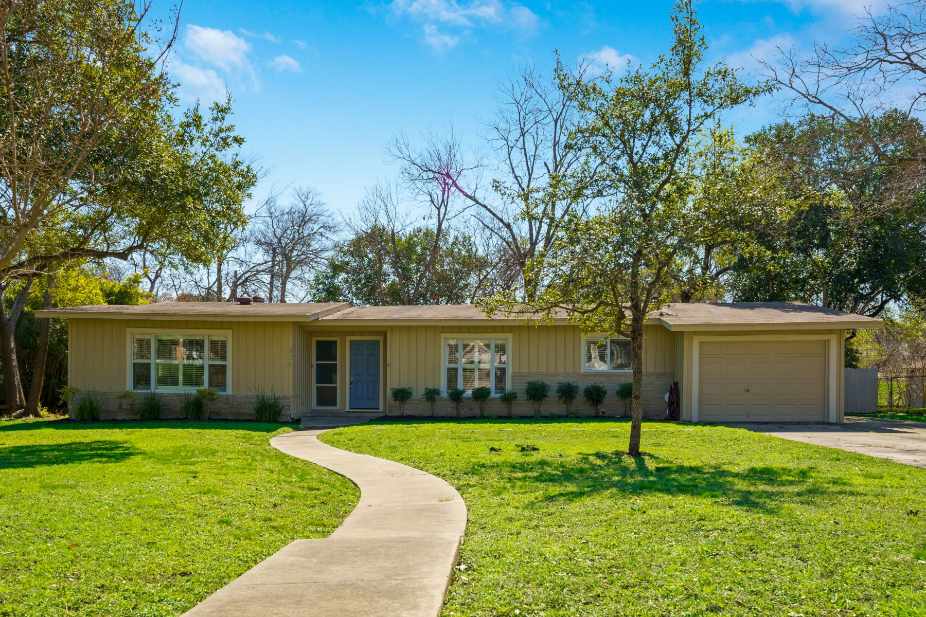 Single Family Homes for Active at 336 Tuttle Road, Terrell Hills, TX 78209 336 Tuttle Road Terrell Hills, Texas 78209 United States