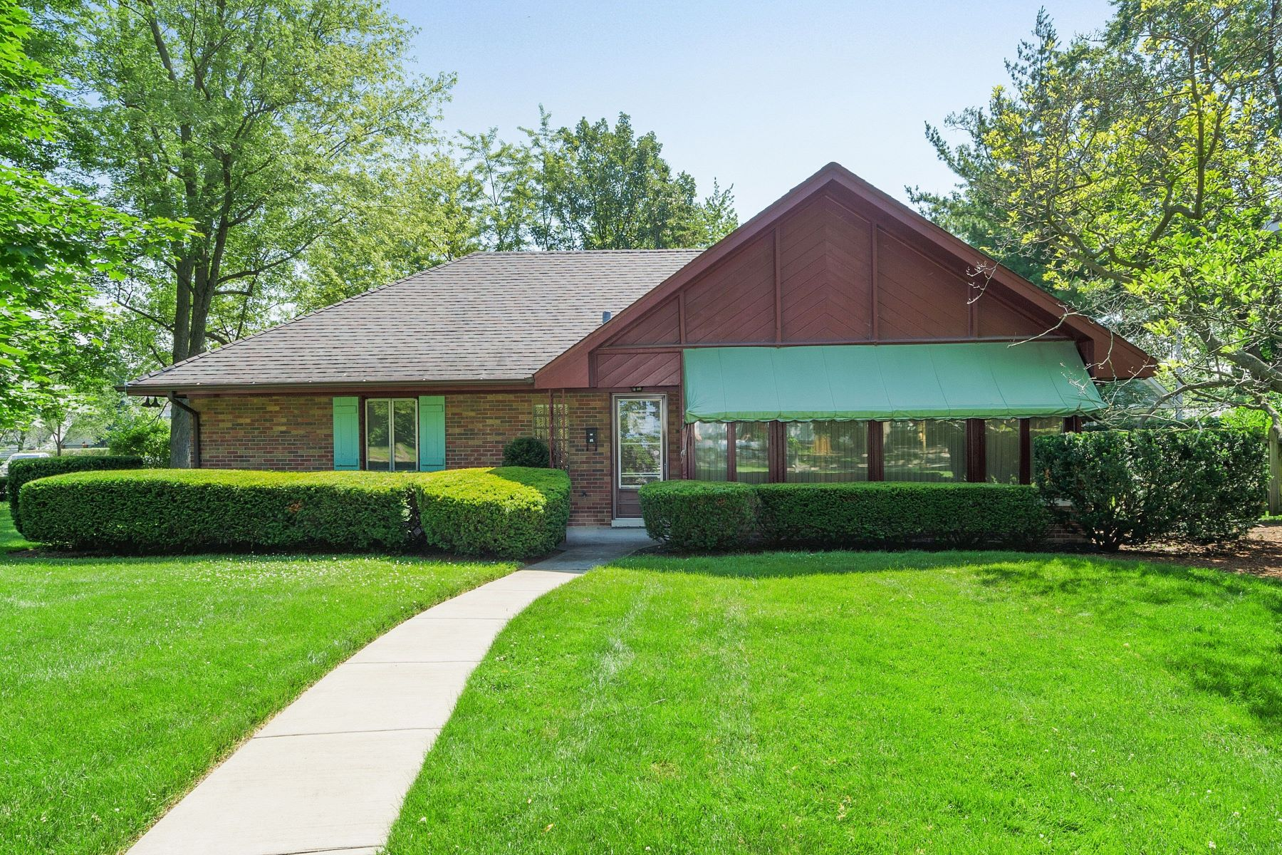 Single Family Homes for Active at Midcentury California Ranch 110 The Lane Hinsdale, Illinois 60521 United States