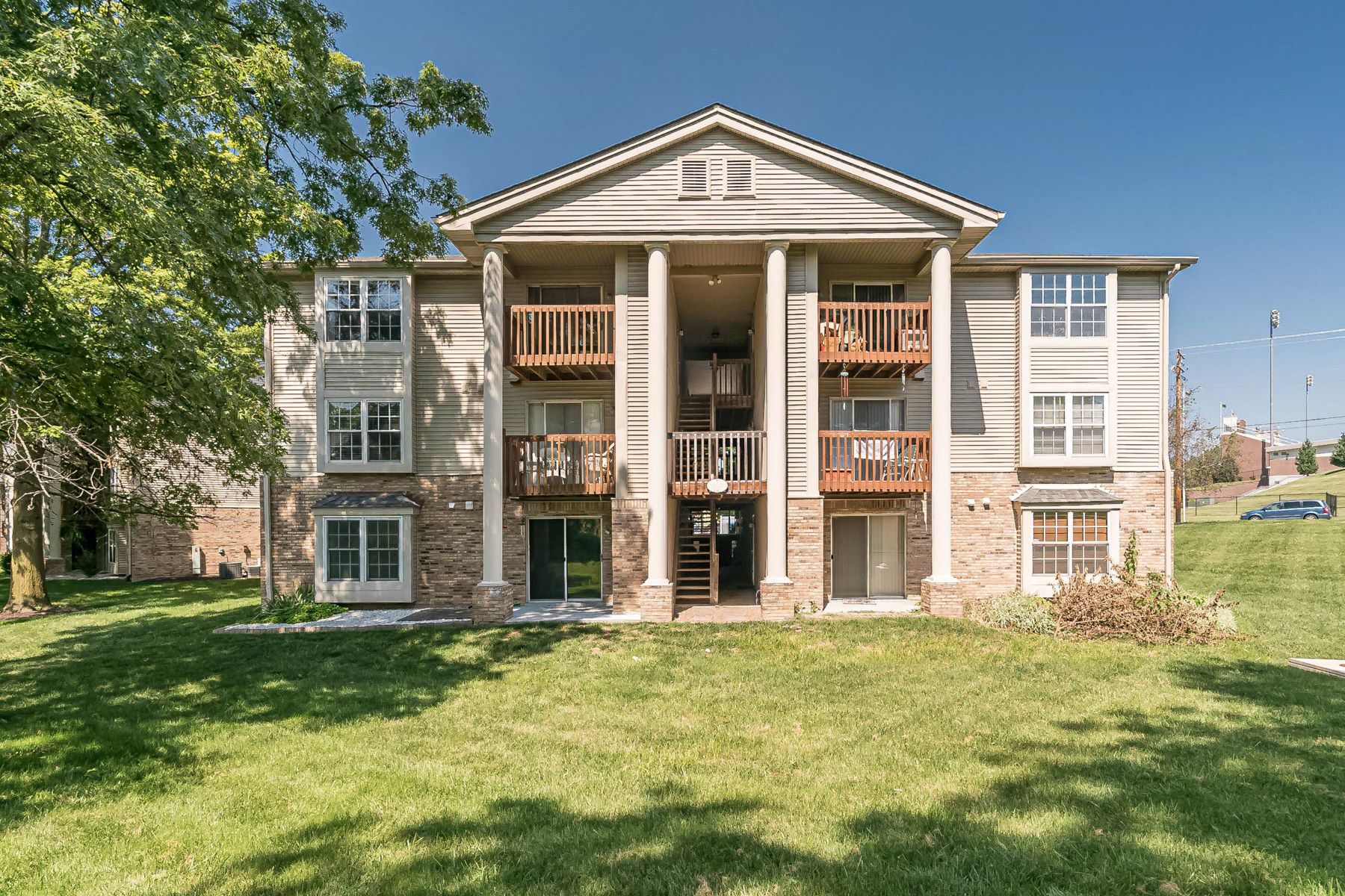 Condominiums for Sale at Super Cute and Updated Ground Floor Condo! 2560 Creve Coeur Mill Road, #1 Maryland Heights, Missouri 63043 United States