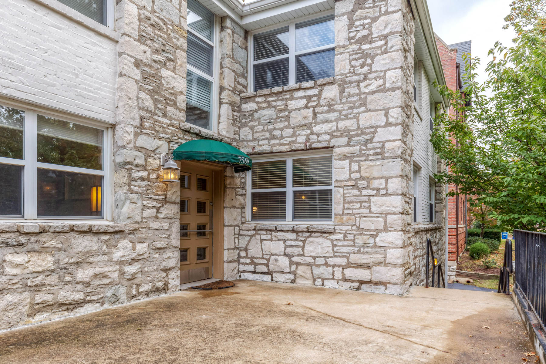 Additional photo for property listing at The Perfect Pied-à-terre in The Heart of Clayton! 7569 Buckingham Drive #4 Clayton, Missouri 63105 United States