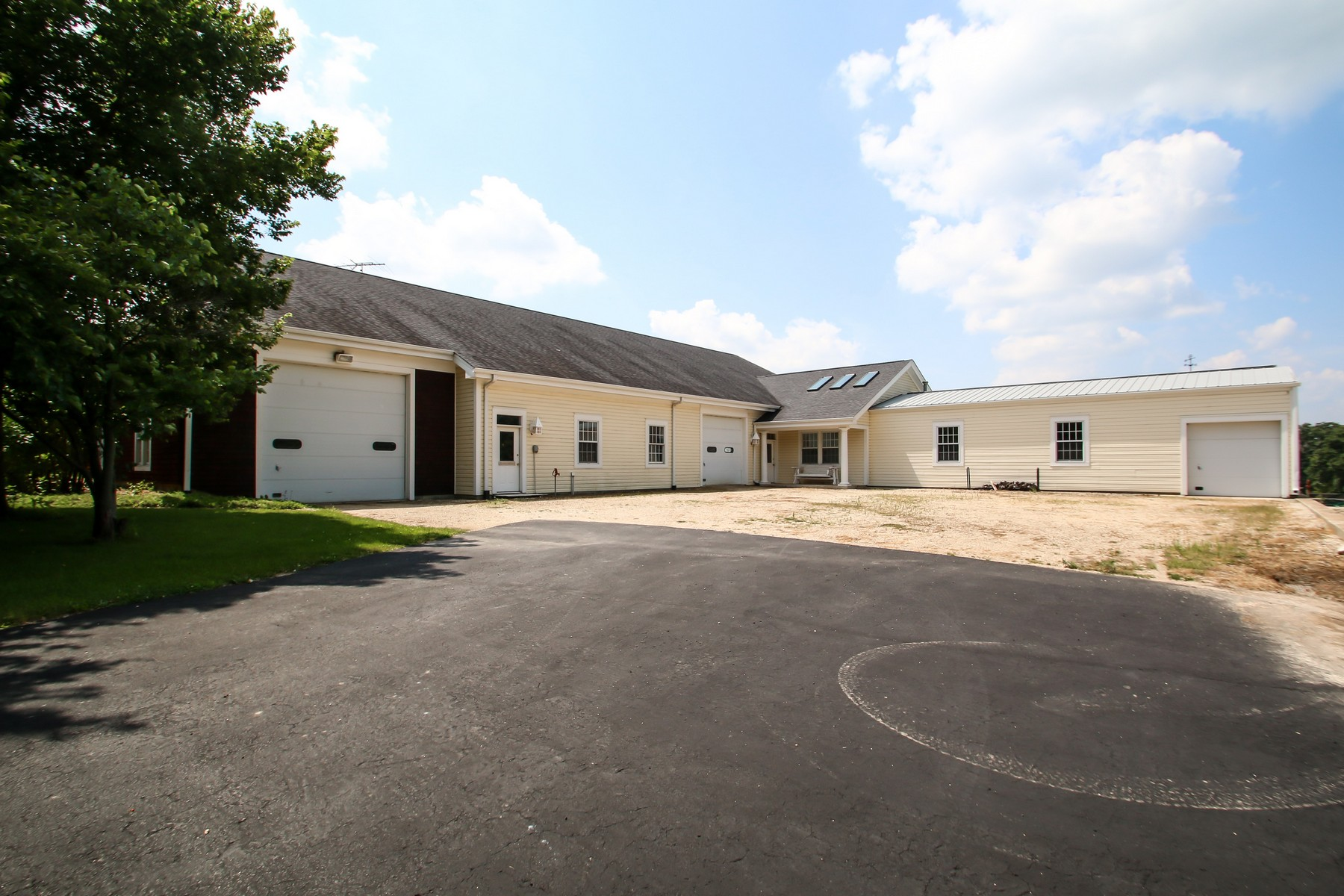 Additional photo for property listing at Perfect retreat! 16556 County Line Road Capron, Illinois 61012 United States