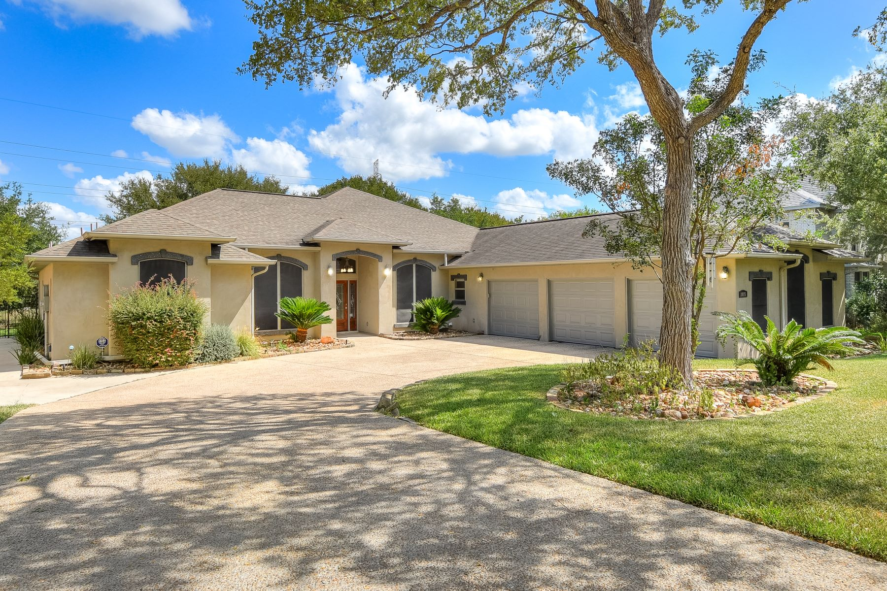 Single Family Homes for Sale at Spacious Home in Olympia Estates 8815 Phoenix Avenue Universal City, Texas 78148 United States