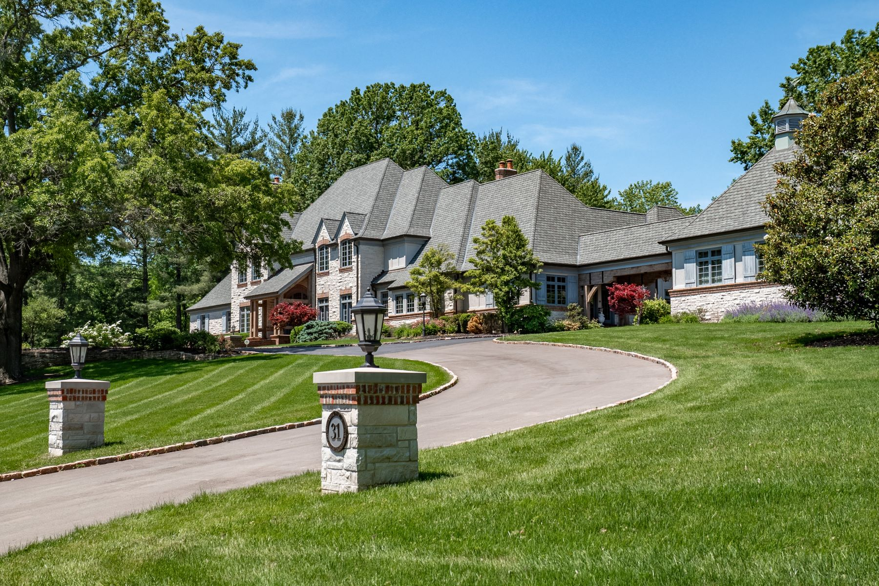 Single Family Homes for Sale at Private Retreat in the Heart of Ladue 31 Somerset Downs Drive St. Louis, Missouri 63124 United States
