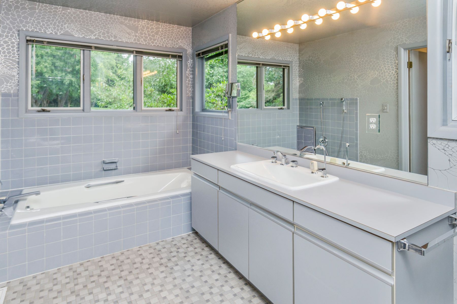 Additional photo for property listing at Single-Level Living That's Both Spacious & Chic 1 Hemlock Court, Princeton, New Jersey 08540 United States