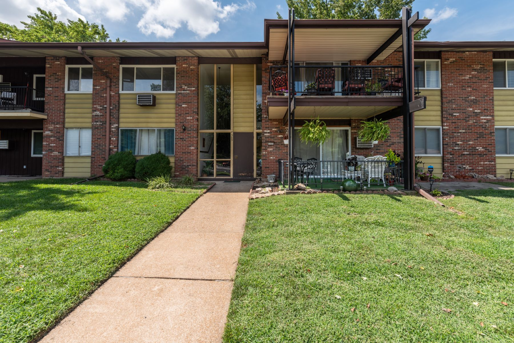 Condominiums للـ Sale في Lovely first-floor condo with walk-out patio in beautiful Hazelcrest 7305 Sieloff Drive D, Hazelwood, Missouri 63042 United States