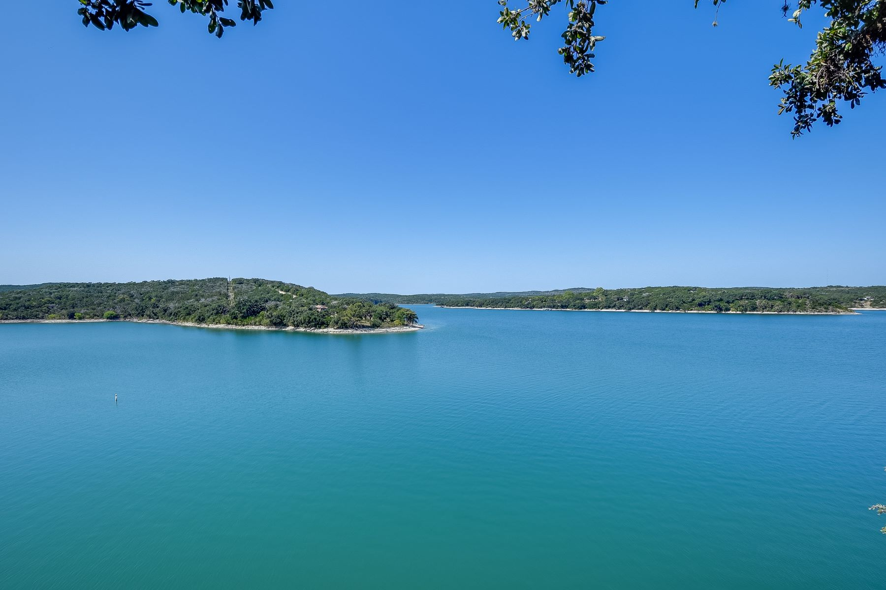 Single Family Homes pour l Vente à Lake Front Getaway 116 PR 2608, Mico, Texas 78056 États-Unis