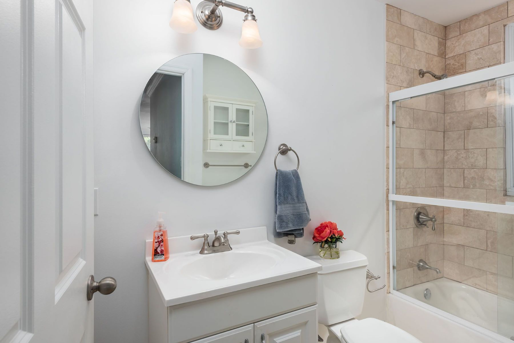 Additional photo for property listing at Renovated Moorlands Condo 7571 Buckingham Drive Unit 5 Clayton, Missouri 63105 United States