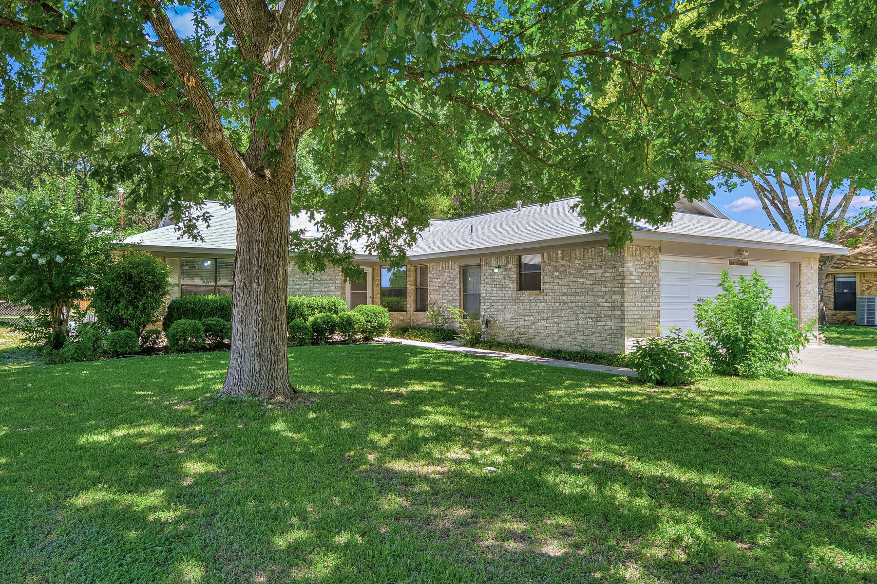 Single Family Homes for Sale at Beautiful Brick Home on Quiet Cul-de-sac 914 Water Spray Lane New Braunfels, Texas 78130 United States