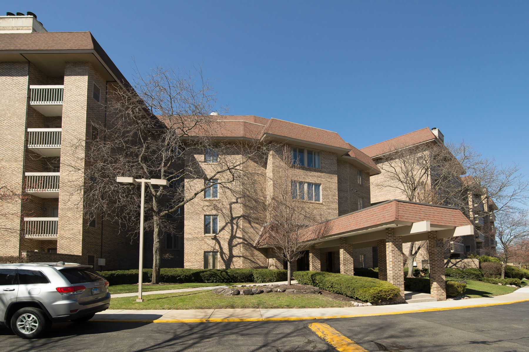 condominiums for Sale at Spacious Three Bedroom 1250 Rudolph Road Unit 1F Northbrook, Illinois 60062 United States