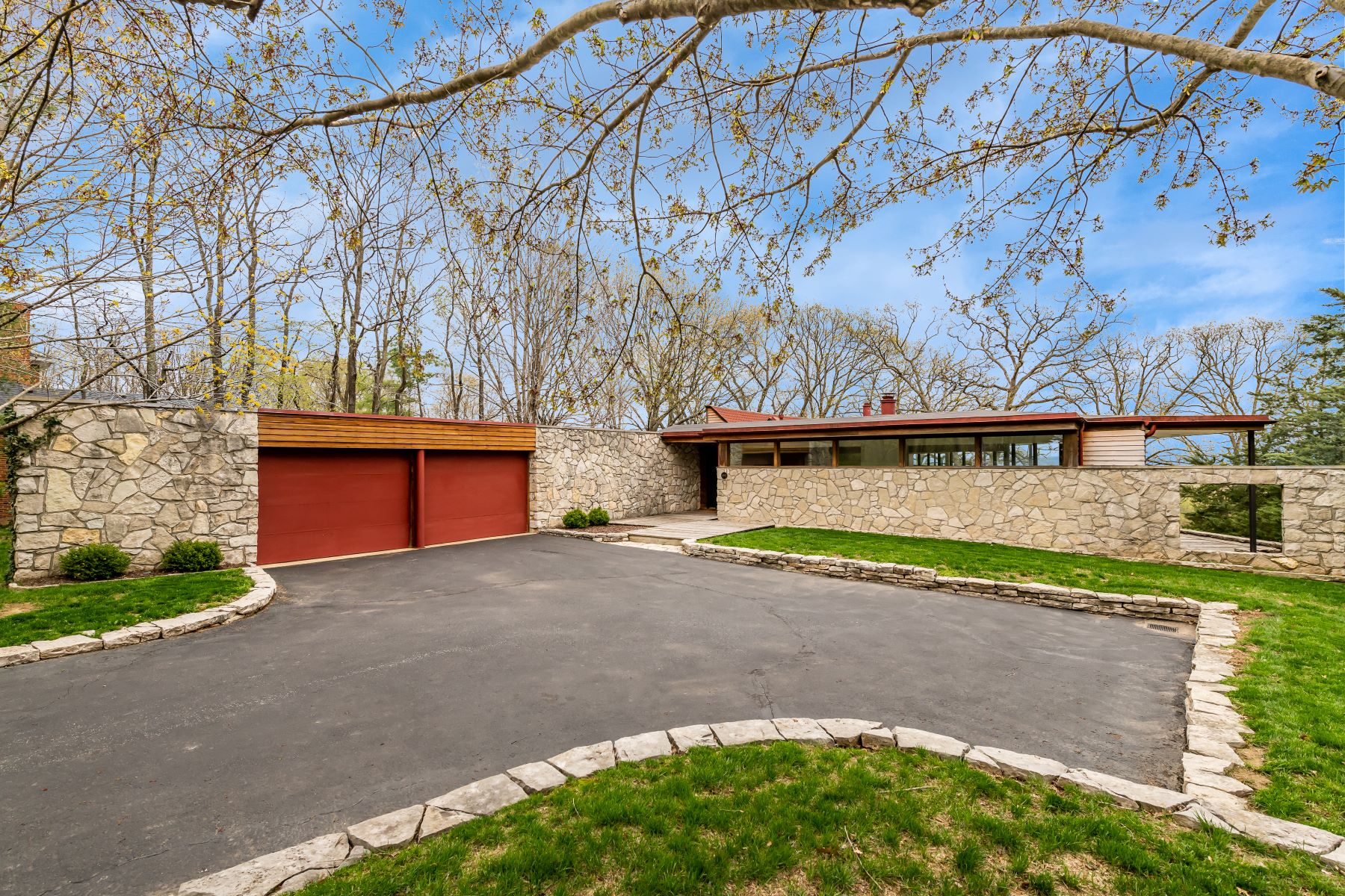 single family homes for Sale at Contemporary Residence Designed by Bill Bowersox 6682 Clifton Bluffs Court St. Louis, Missouri 63129 United States