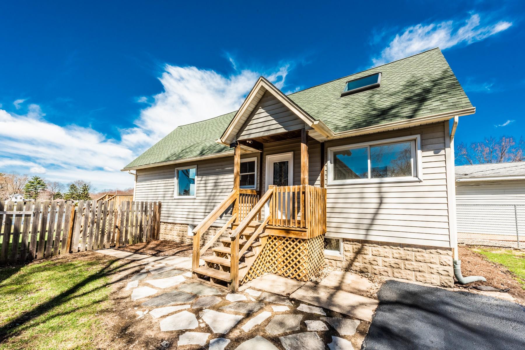 Частный односемейный дом для того Продажа на River Front Escape 209 N Emerald Drive McHenry, Иллинойс 60051 Соединенные Штаты