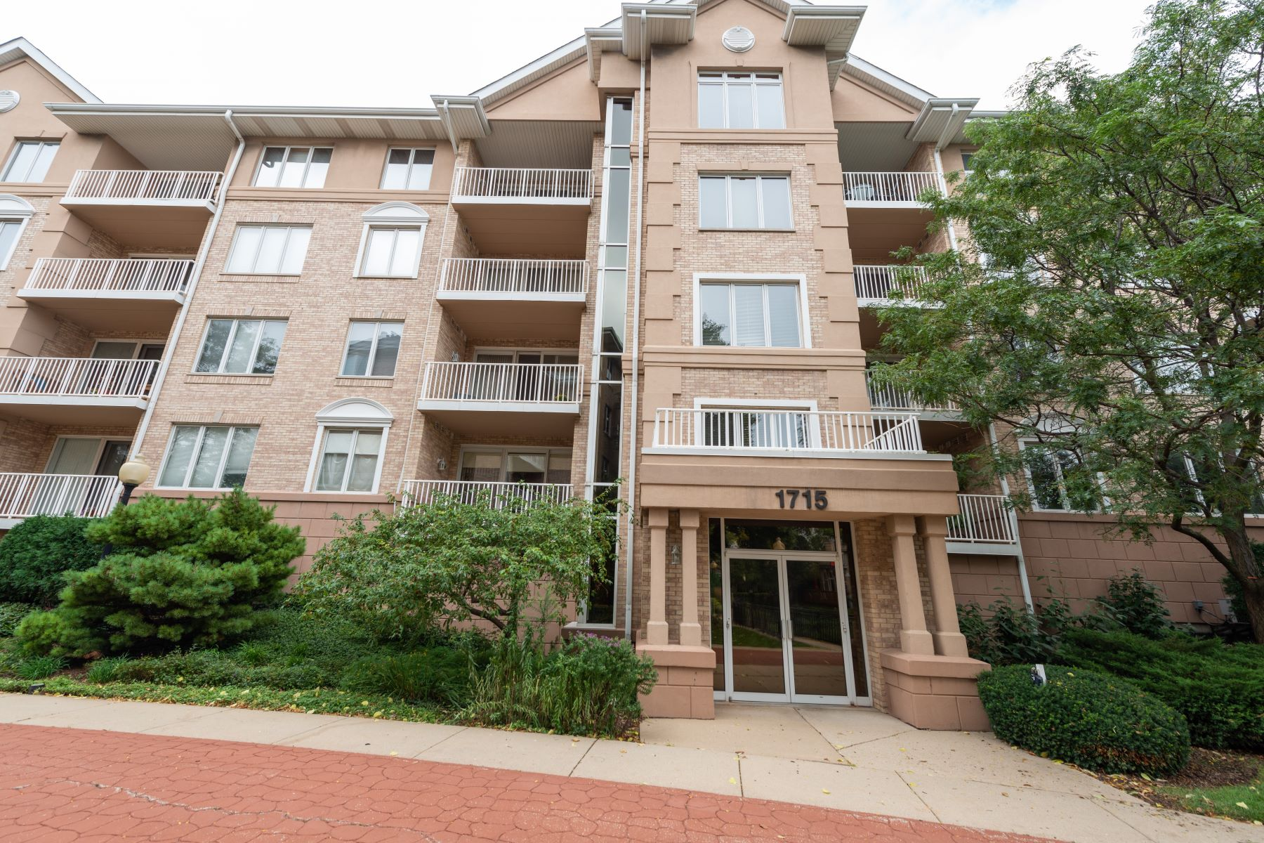 Single Family Homes para Venda às Rarely Available Park Ridge Pointe Three Bedroom 1715 Pavilion Way Unit 207, Park Ridge, Illinois 60068 Estados Unidos
