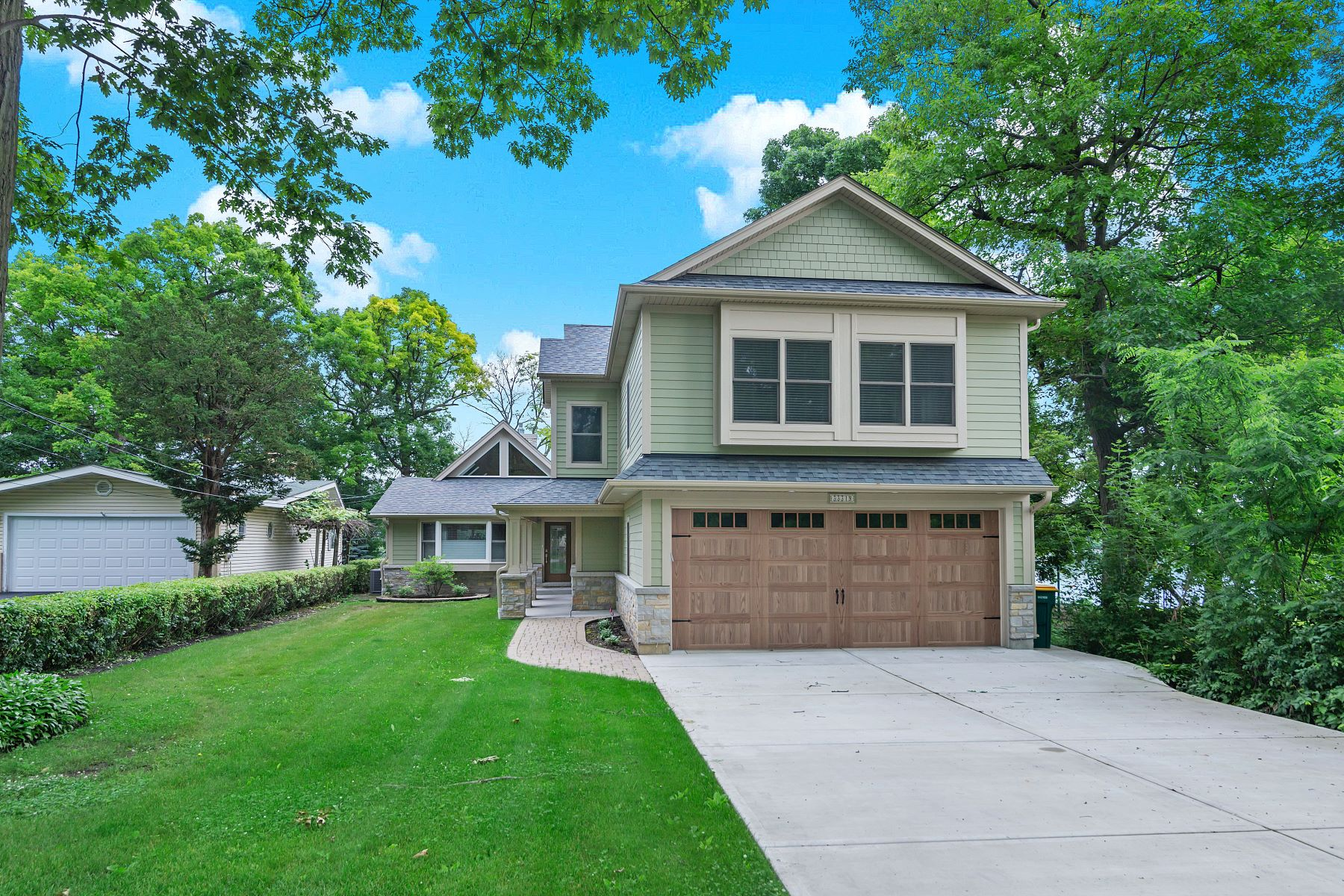 Single Family Homes para Venda às Stunning Lakefront Home 33319 N Rule Court, Wildwood, Illinois 60030 Estados Unidos